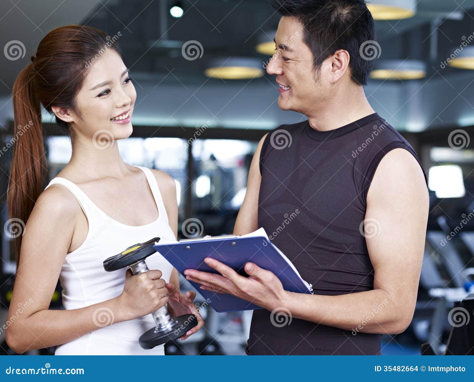 Jeune homme et femme parlant dans le gymnase