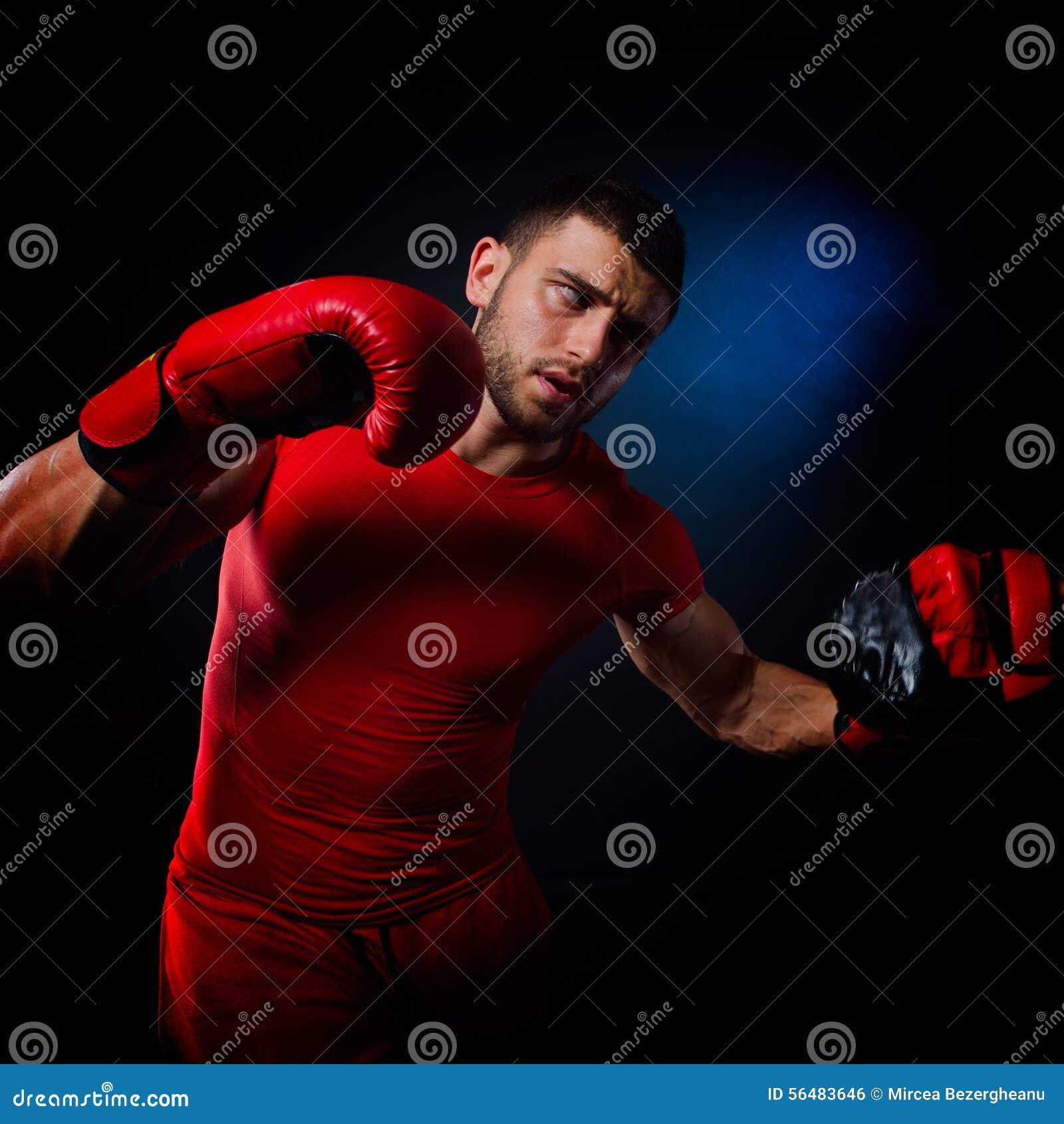 Jeune homme exerçant la boxe dans le gymnase