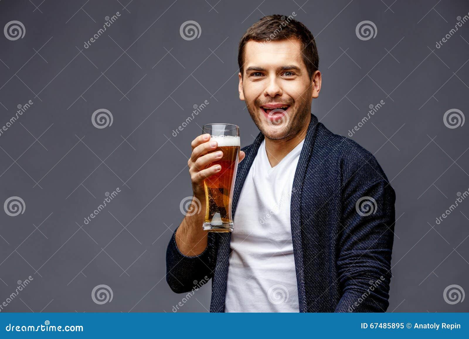 Jeune homme gai dans la tenue de détente futée