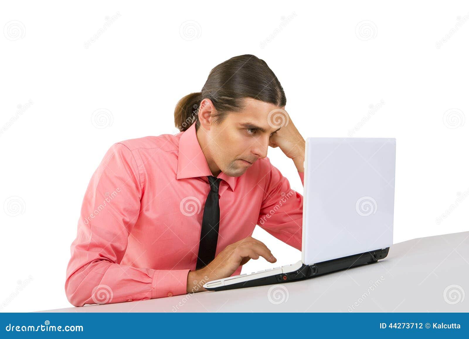 Jeune homme grincheux fâché avec l ordinateur portable regardant le moniteur au-dessus de W