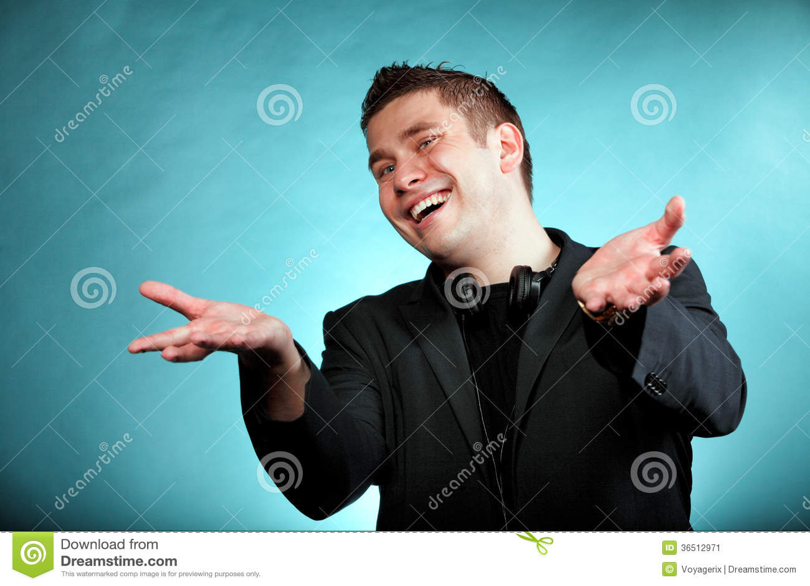 Jeune homme heureux avec des écouteurs sur le bleu