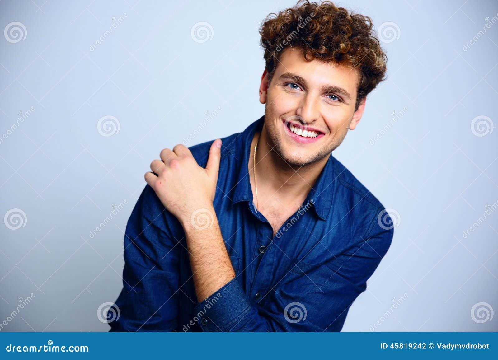 jeune homme heureux avec les cheveux boucl s photo stock image 45819242. Black Bedroom Furniture Sets. Home Design Ideas