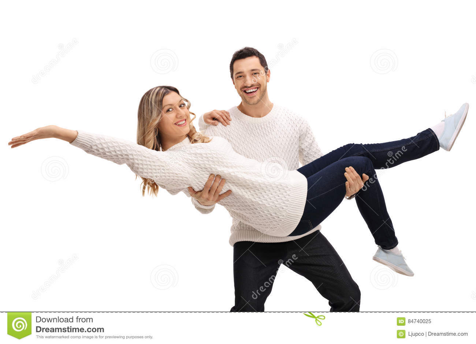 Jeune Homme Heureux Portant Une Jeune Femme Dans Des Ses Bras Image stock -  Image du dans, homme: 84740025