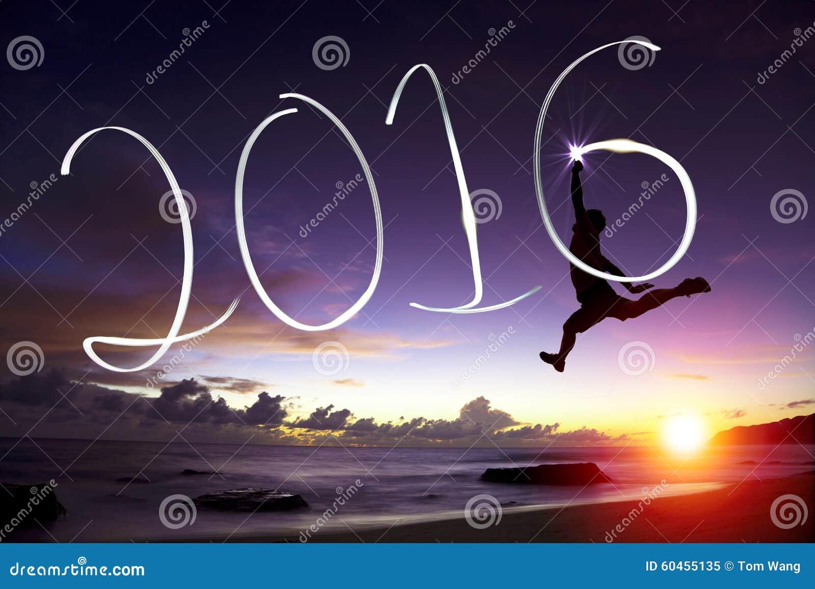 Jeune homme heureux sautant et dessinant 2016