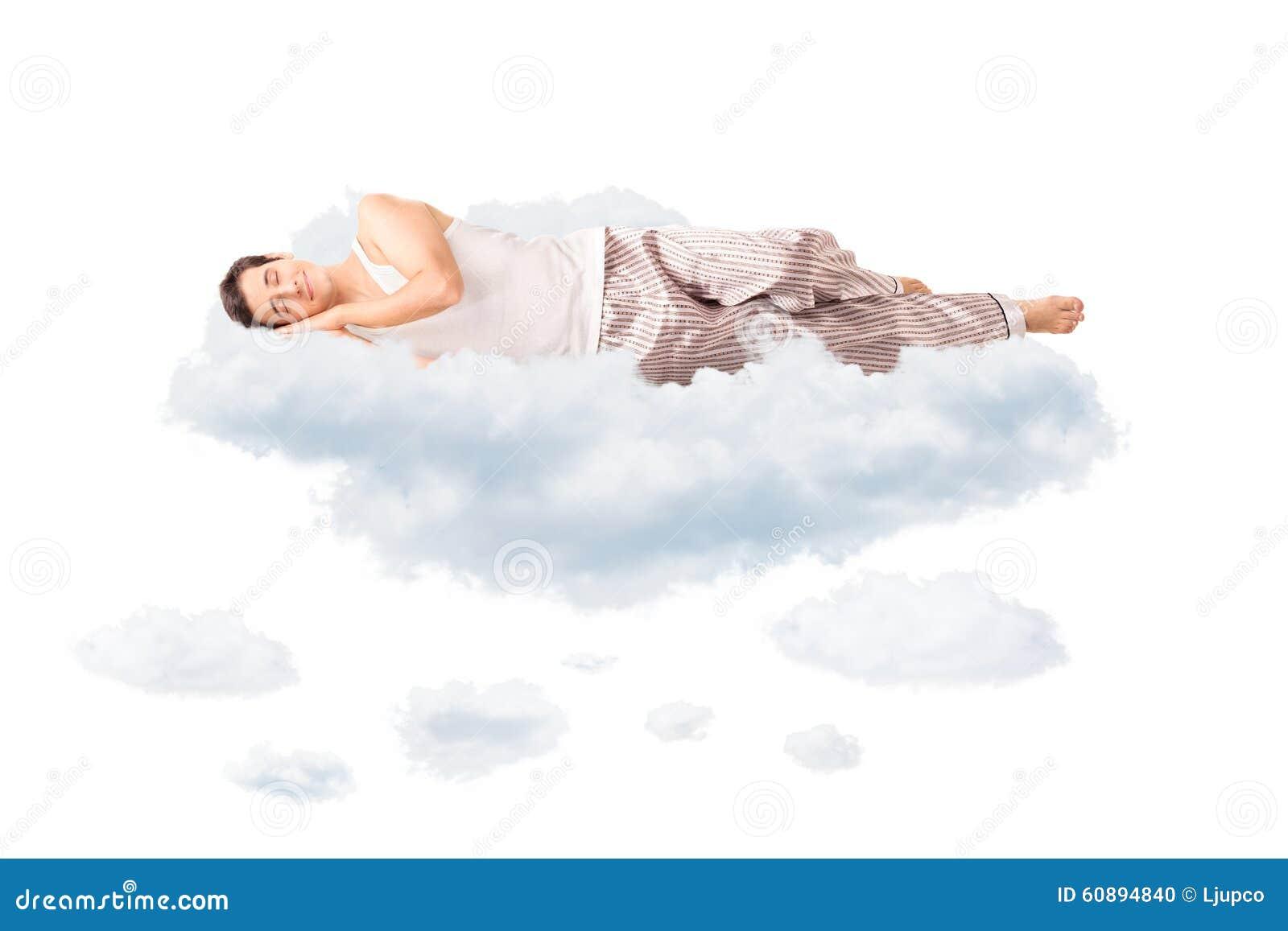 Jeune homme joyeux dormant sur un nuage