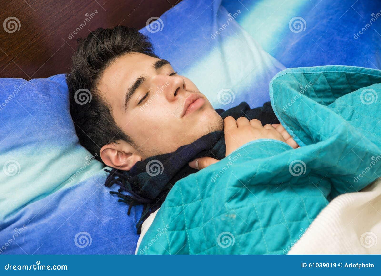 jeune homme malade ou souffrant dans le lit image stock image 61039019. Black Bedroom Furniture Sets. Home Design Ideas