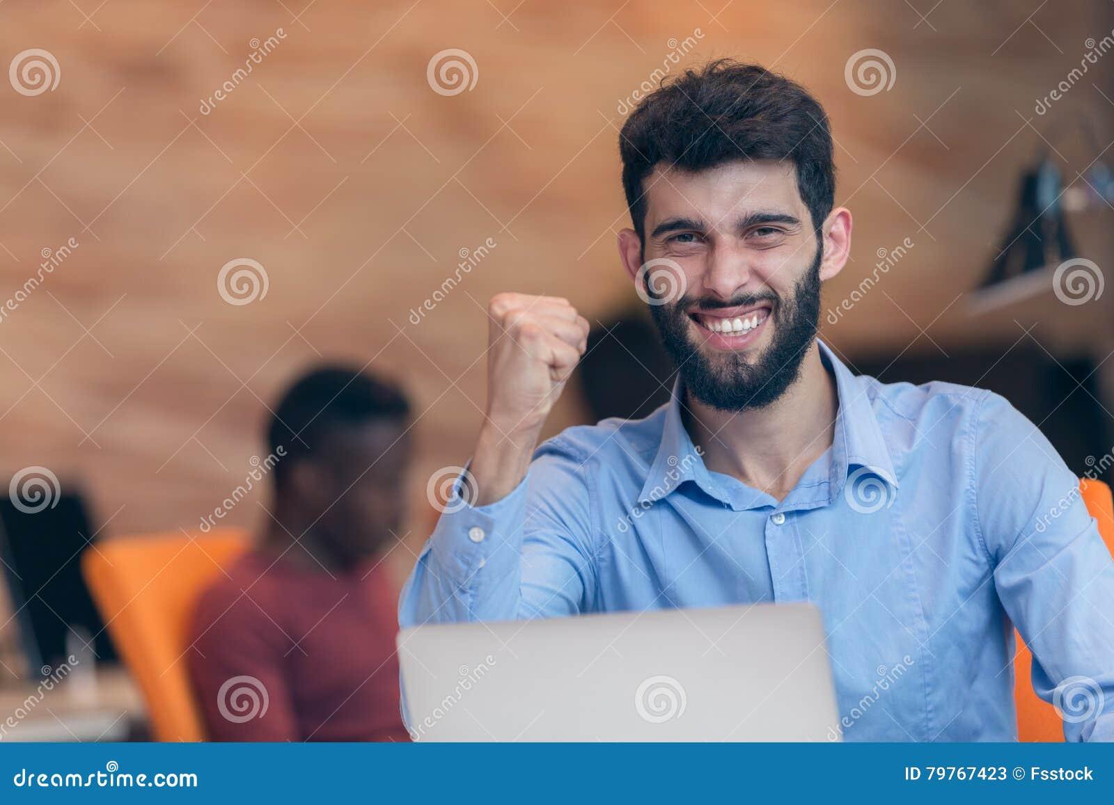 Jeune homme moderne caucasien barbu daffaires sasseyant dans un
