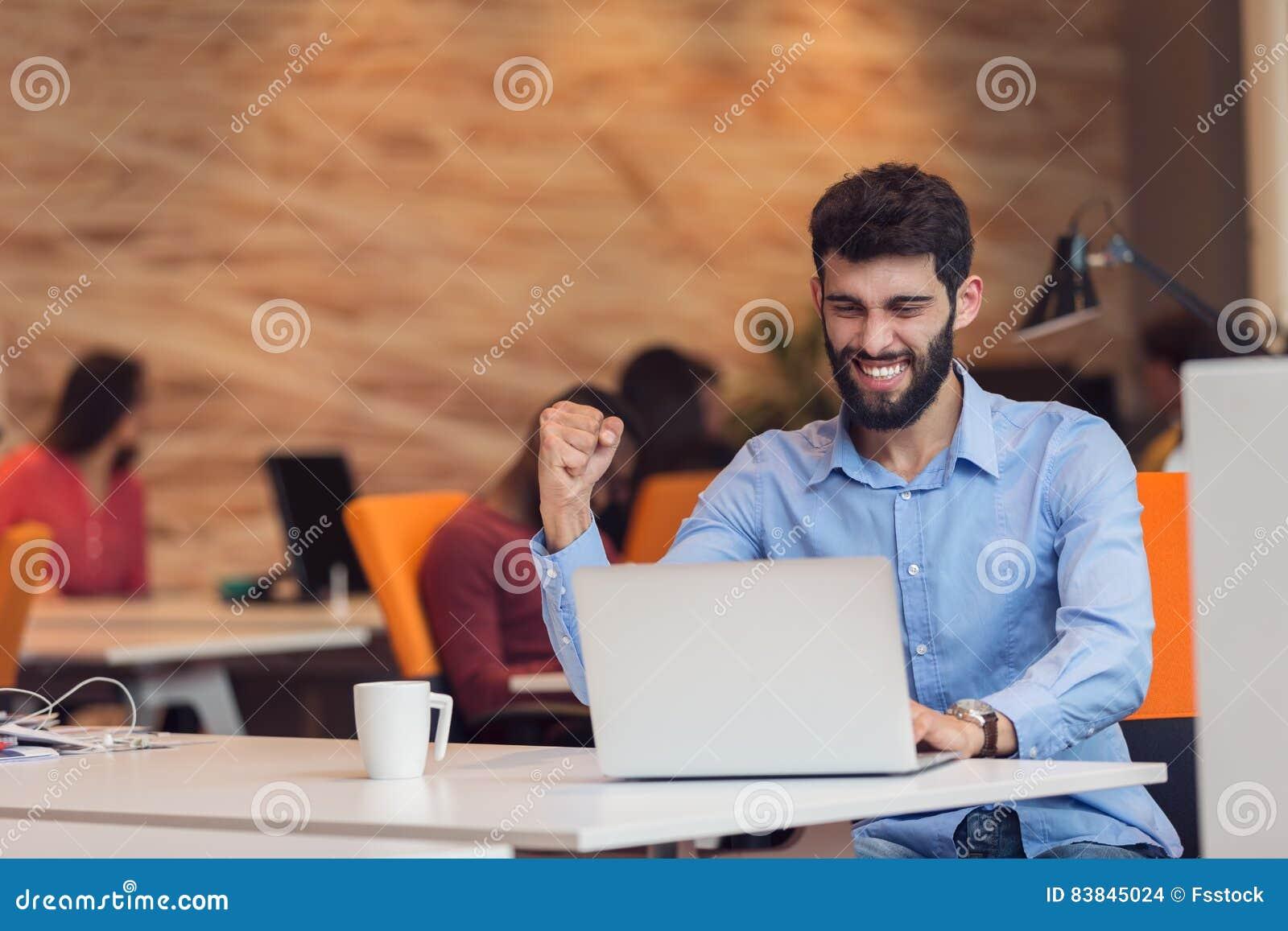 Jeune homme moderne caucasien barbu d affaires s asseyant dans un