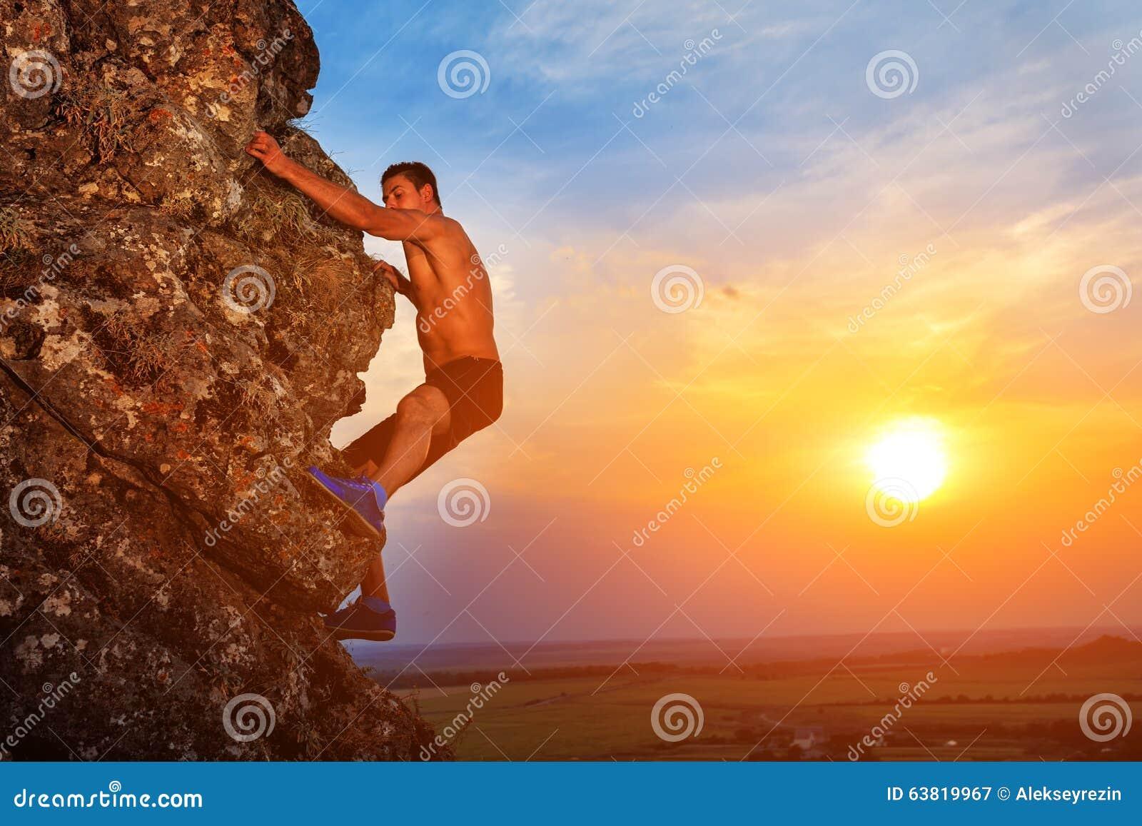 Jeune homme montant l arête de montagne