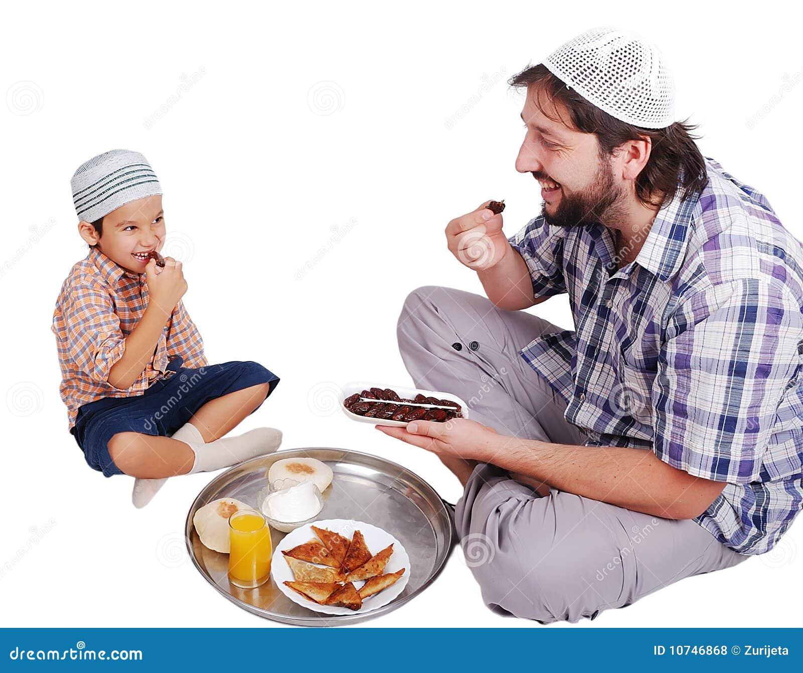 Jeune homme musulman et son fils