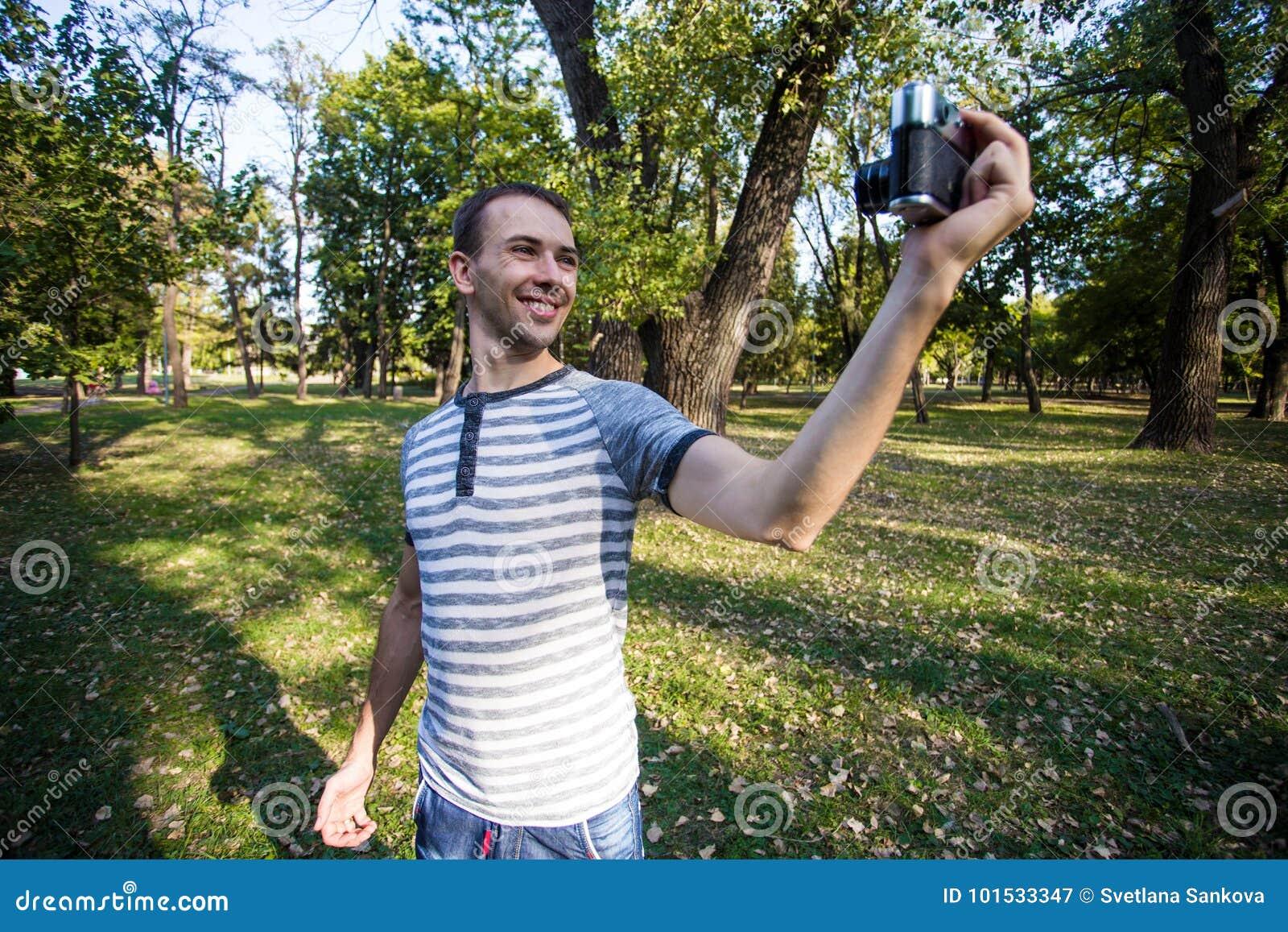 Jeune homme prenant le selfie sur le rétro appareil-photo