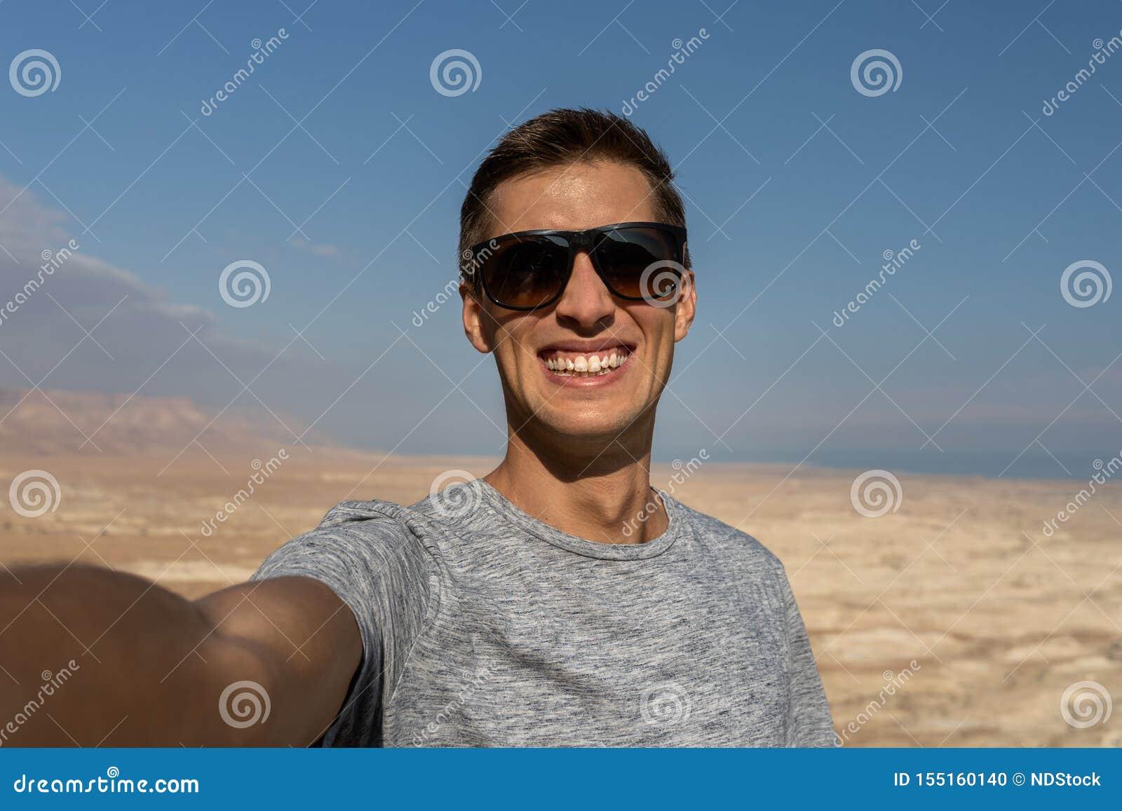 Jeune homme prenant un selfie dans le désert de l Israël