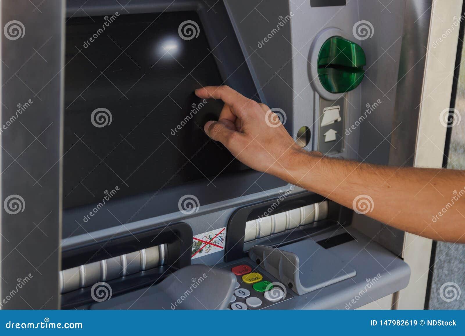Jeune homme retirant l argent liquide d un distributeur automatique de billets