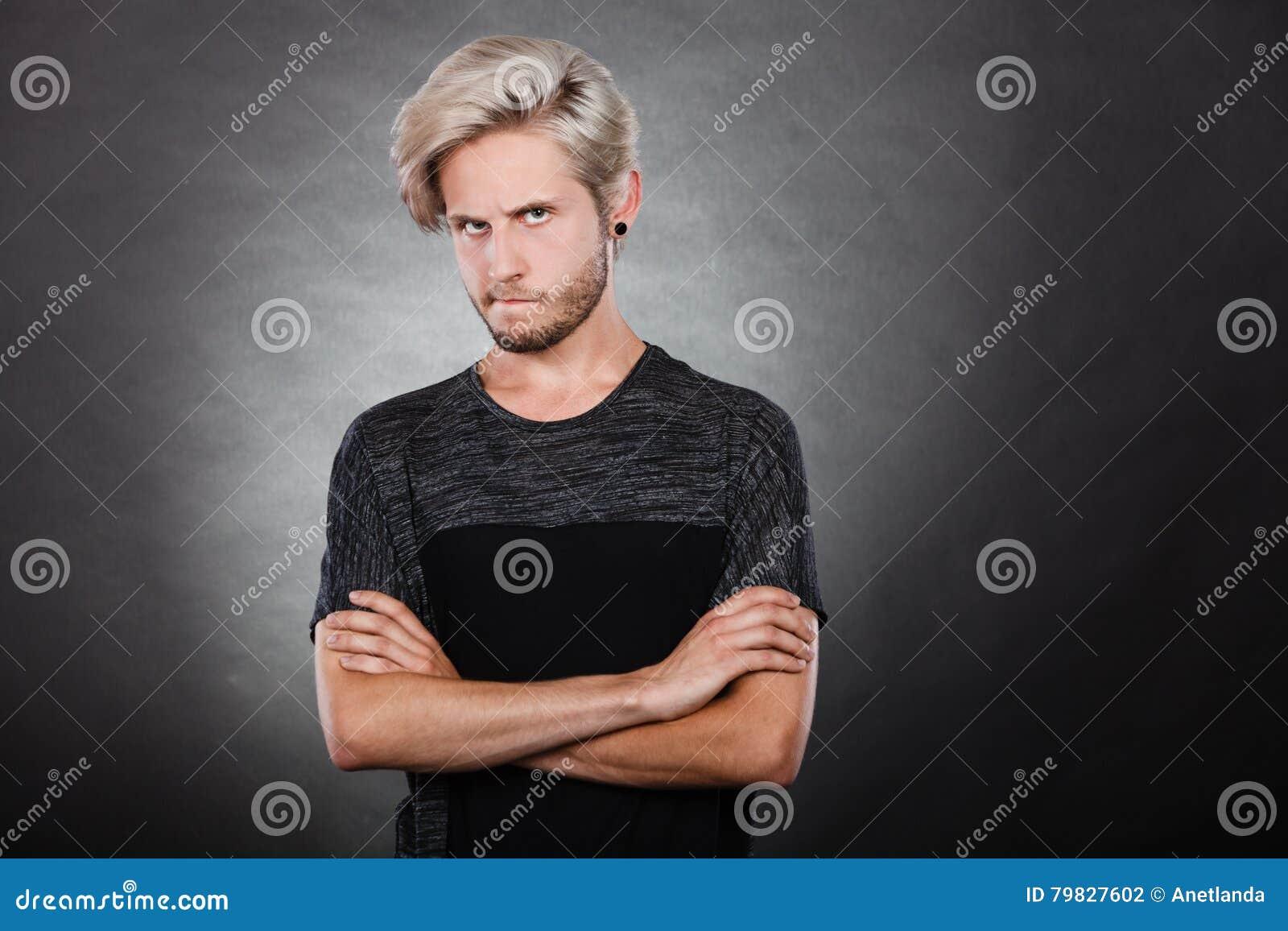 Jeune homme sérieux fâché, émotion négative