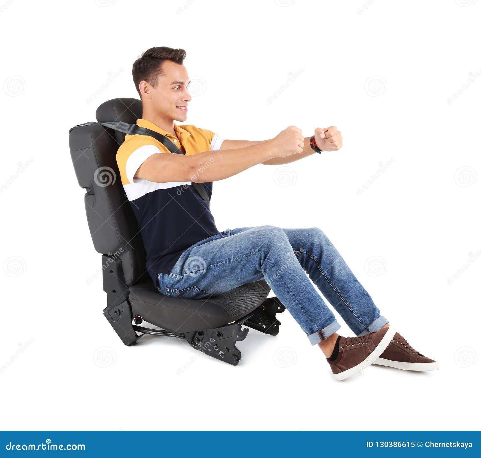 8a4bab5a801 Jeune homme s asseyant dans le siège de voiture avec la ceinture de sécurité