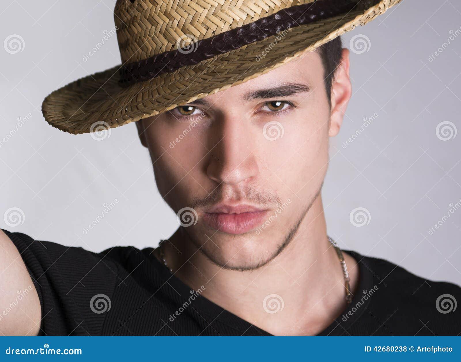 jeune homme sexy touffant beau avec le chapeau de paille. Black Bedroom Furniture Sets. Home Design Ideas