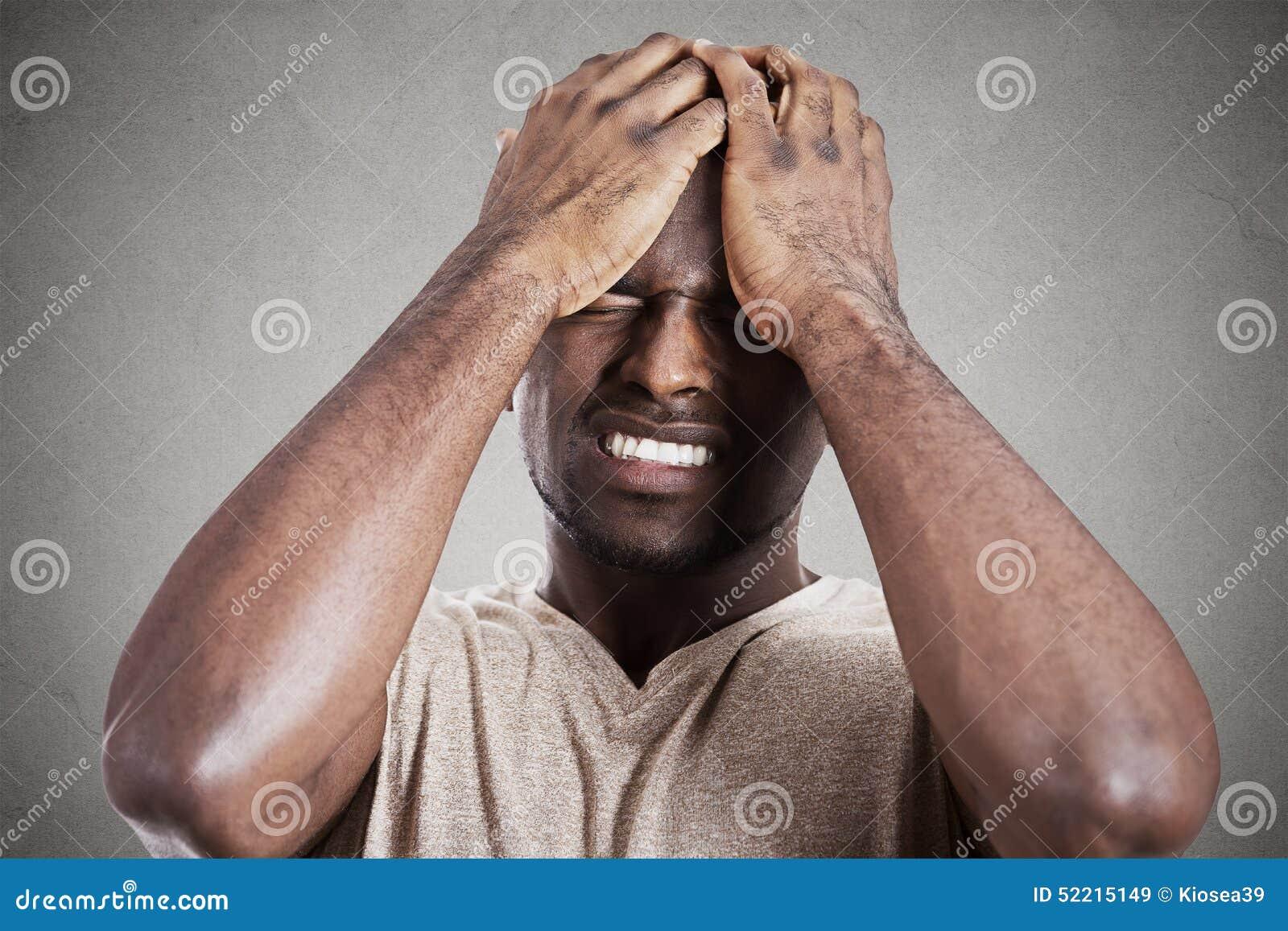 Jeune homme sombre déprimé, soumis à une contrainte, seul, déçu triste