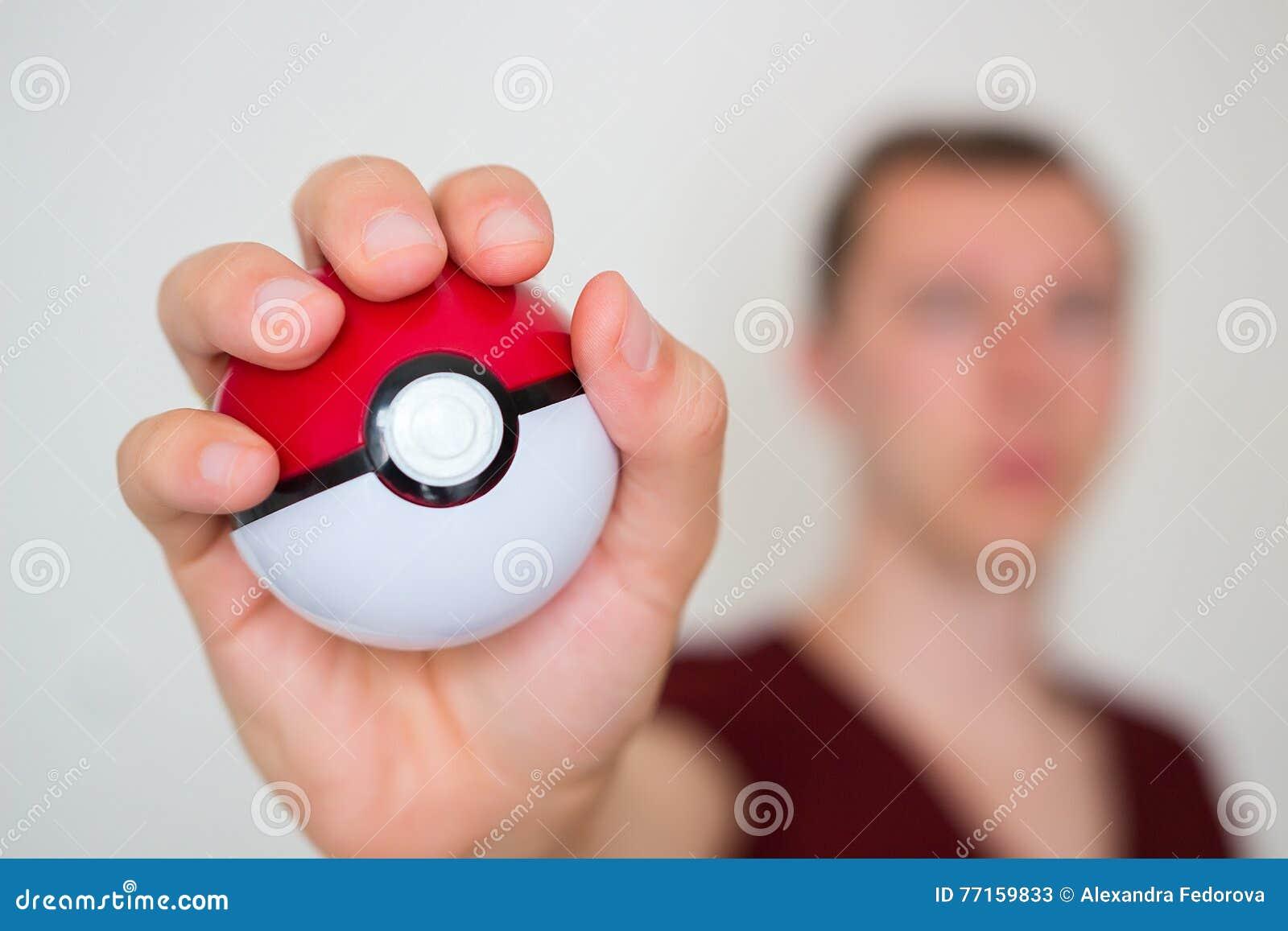 Jeune homme tenant le pokeball