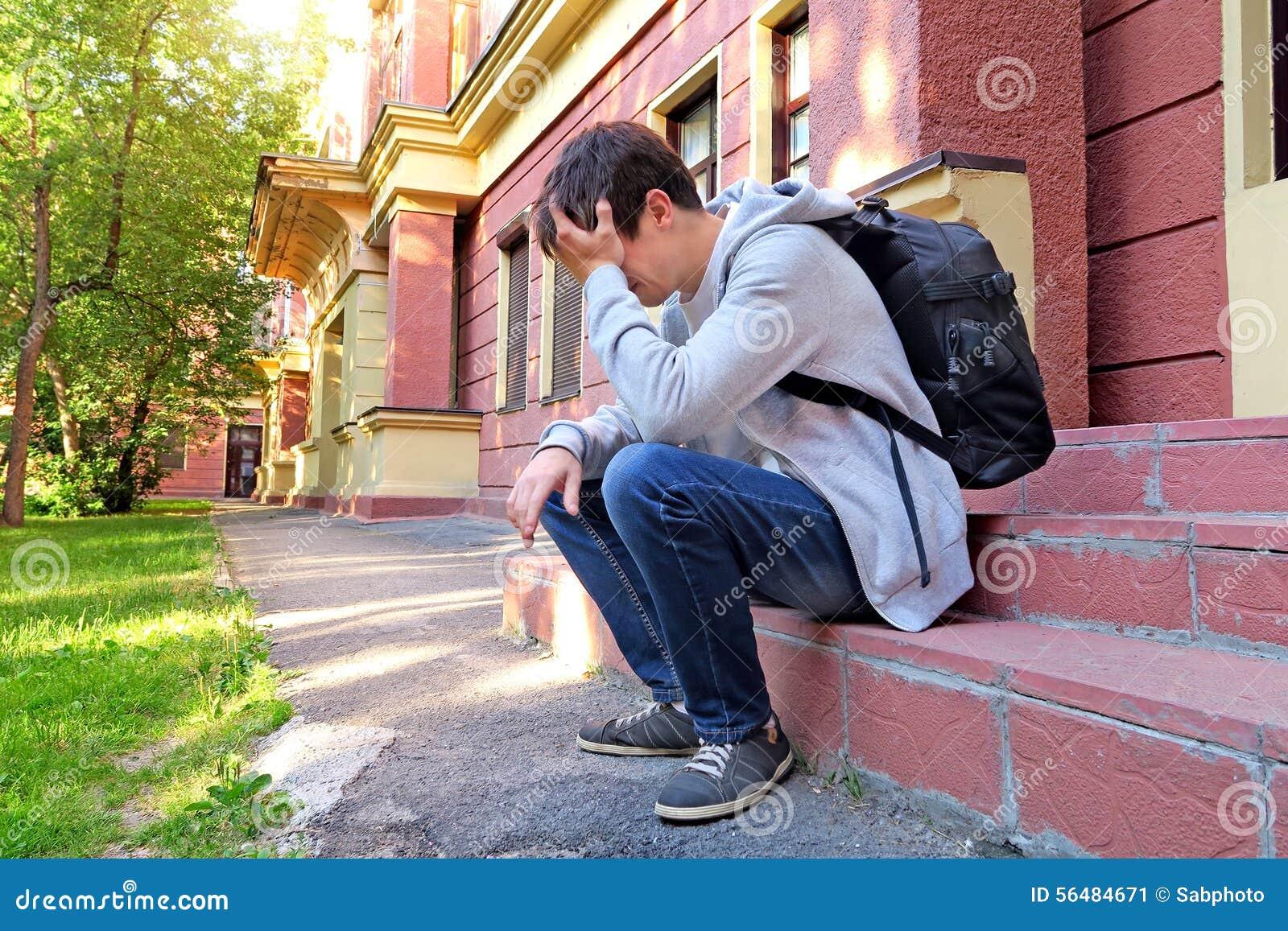 Jeune homme triste extérieur