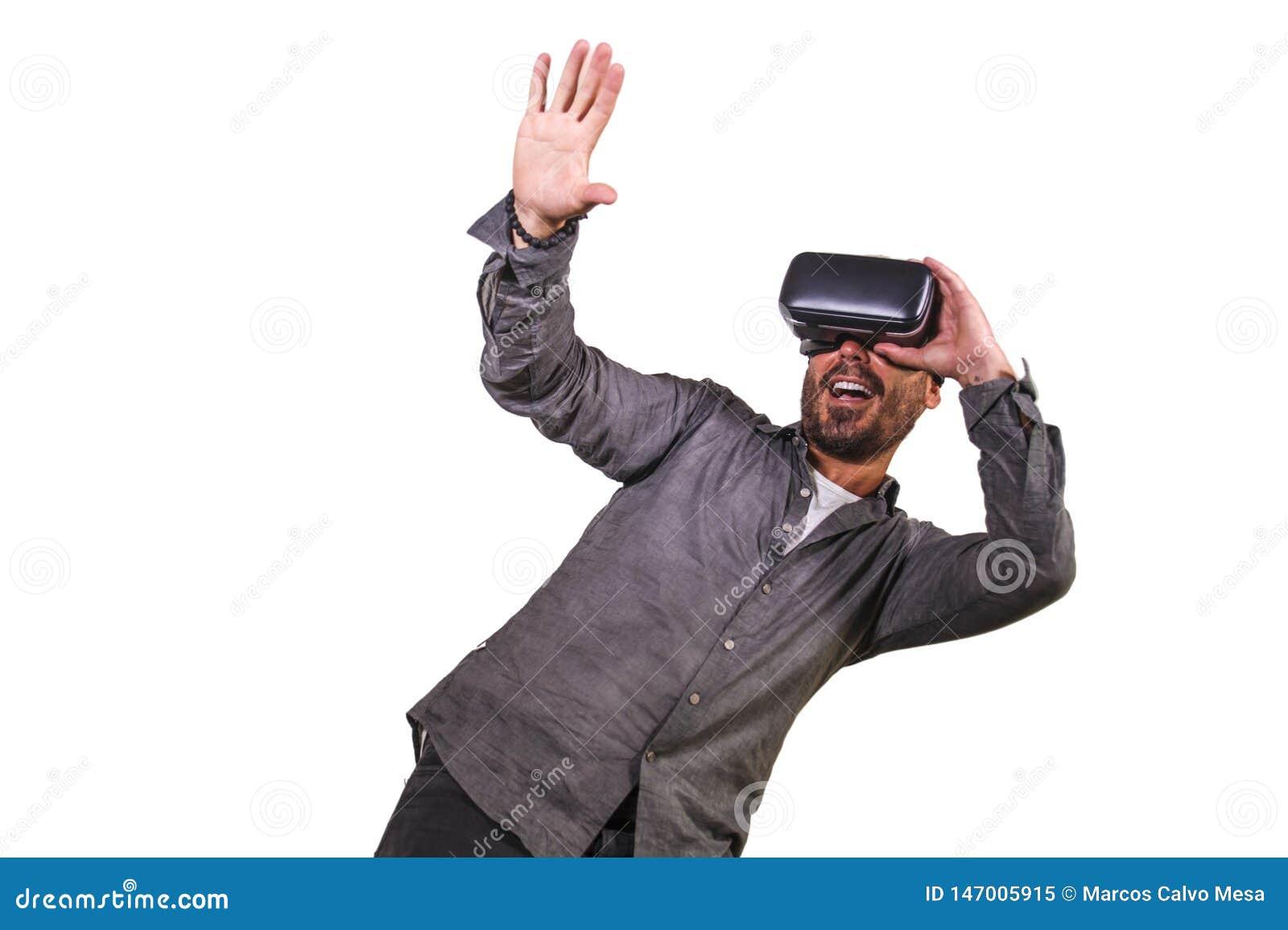 Jeune illusion 3d de exp?rimentation de port de casque de lunettes de la r?alit? virtuelle VR d homme heureux et enthousiaste jou