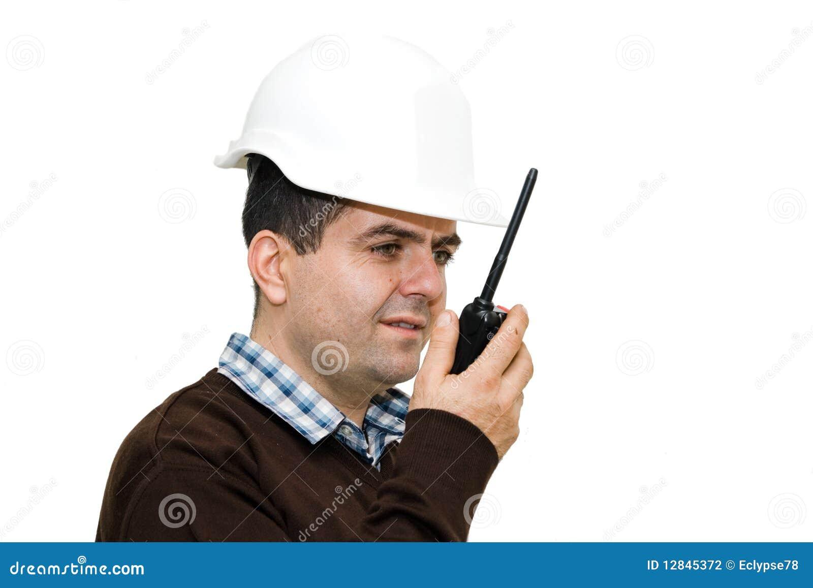 Jeune ingénieur employant la radio pour communiquer
