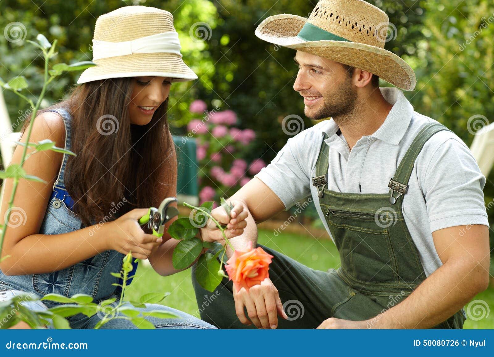 Jeune jardinage de couples