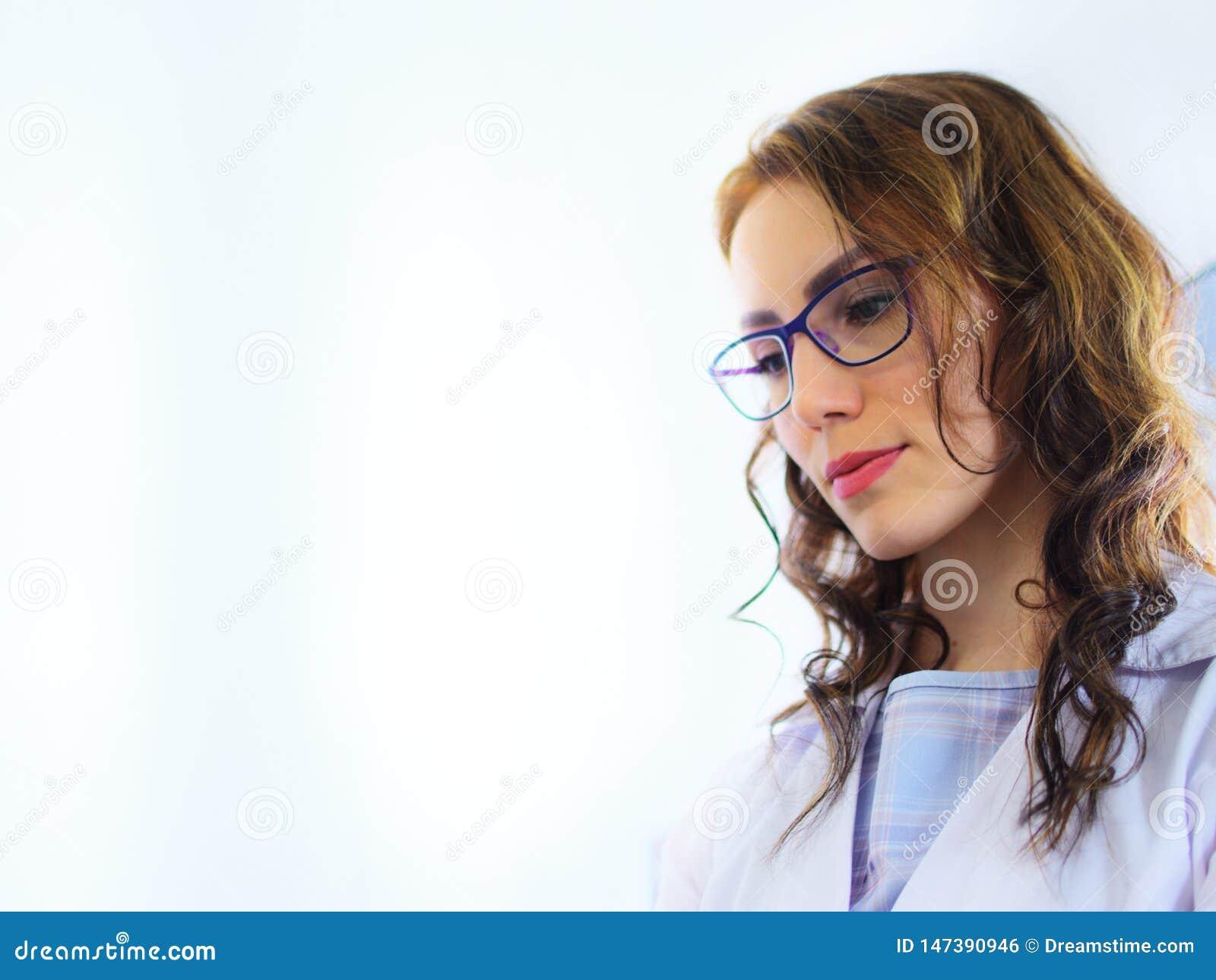 Jeune joli assistant de laboratoire de docteur de femme