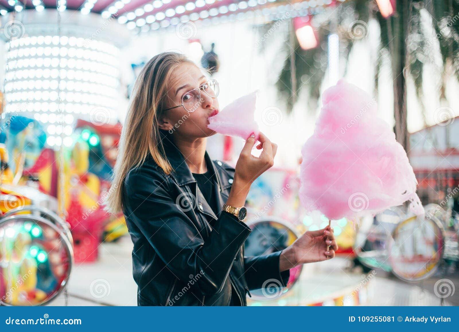 Jeune joli blogger de femme avec la sucrerie de coton