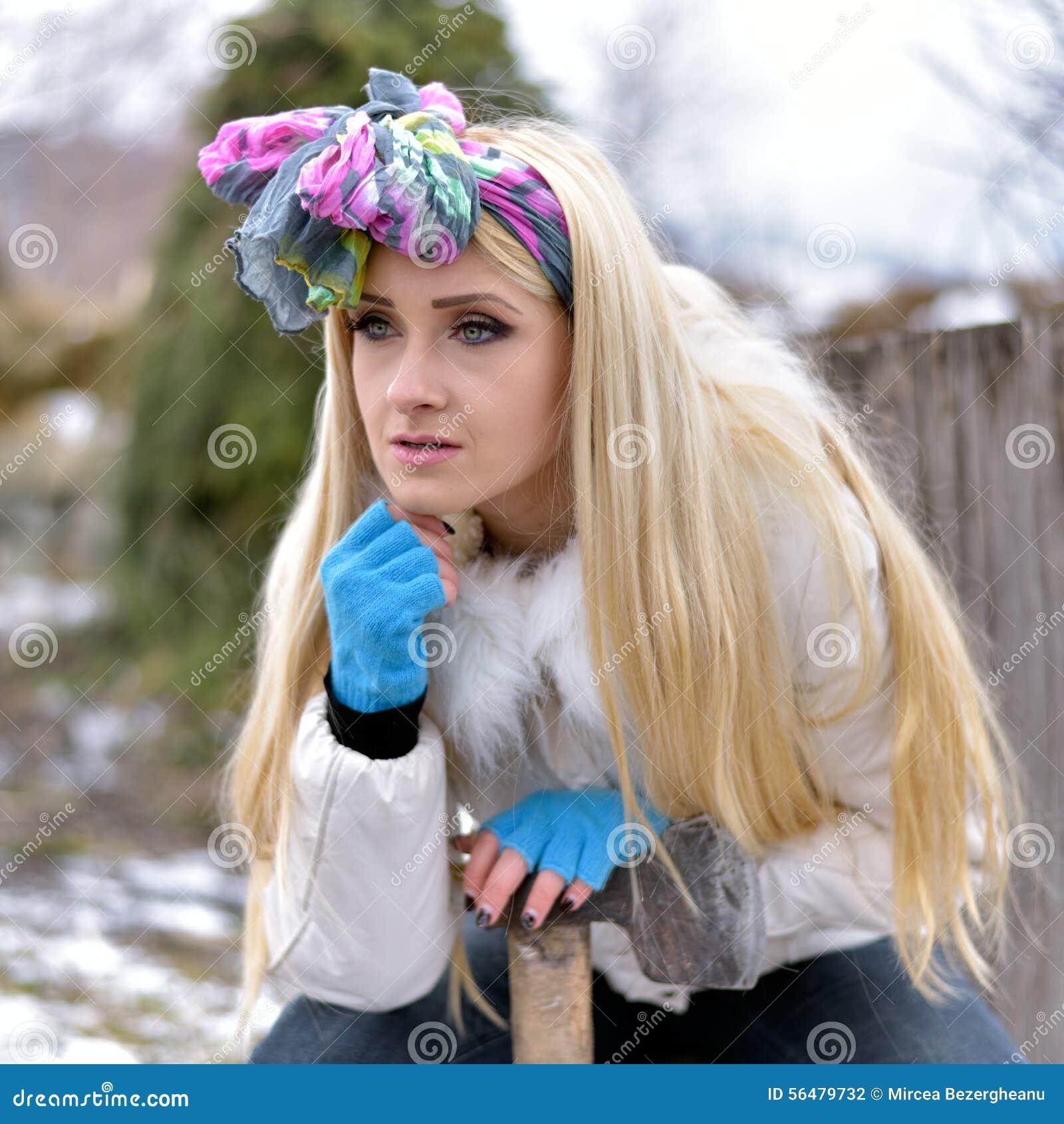 Jeune joli portrait de femme extérieur en hiver