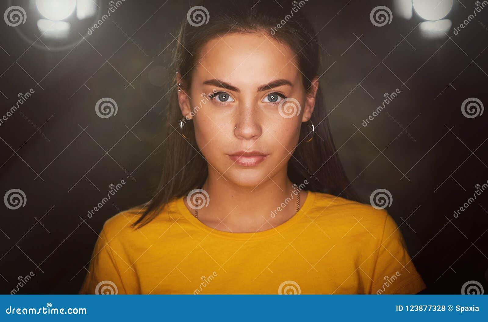 Jeune joli portrait de studio de fille