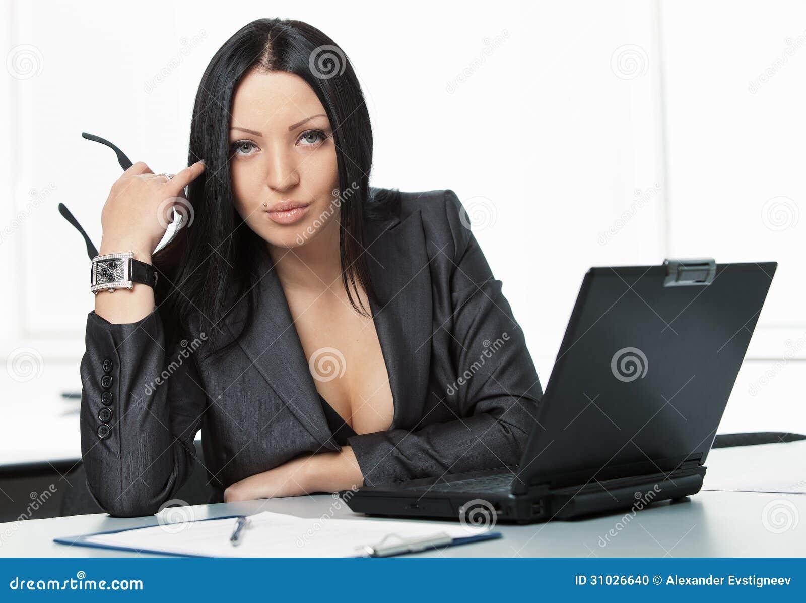 jeune jolie femme d 39 affaires avec le carnet dans le bureau photo stock image du dame. Black Bedroom Furniture Sets. Home Design Ideas