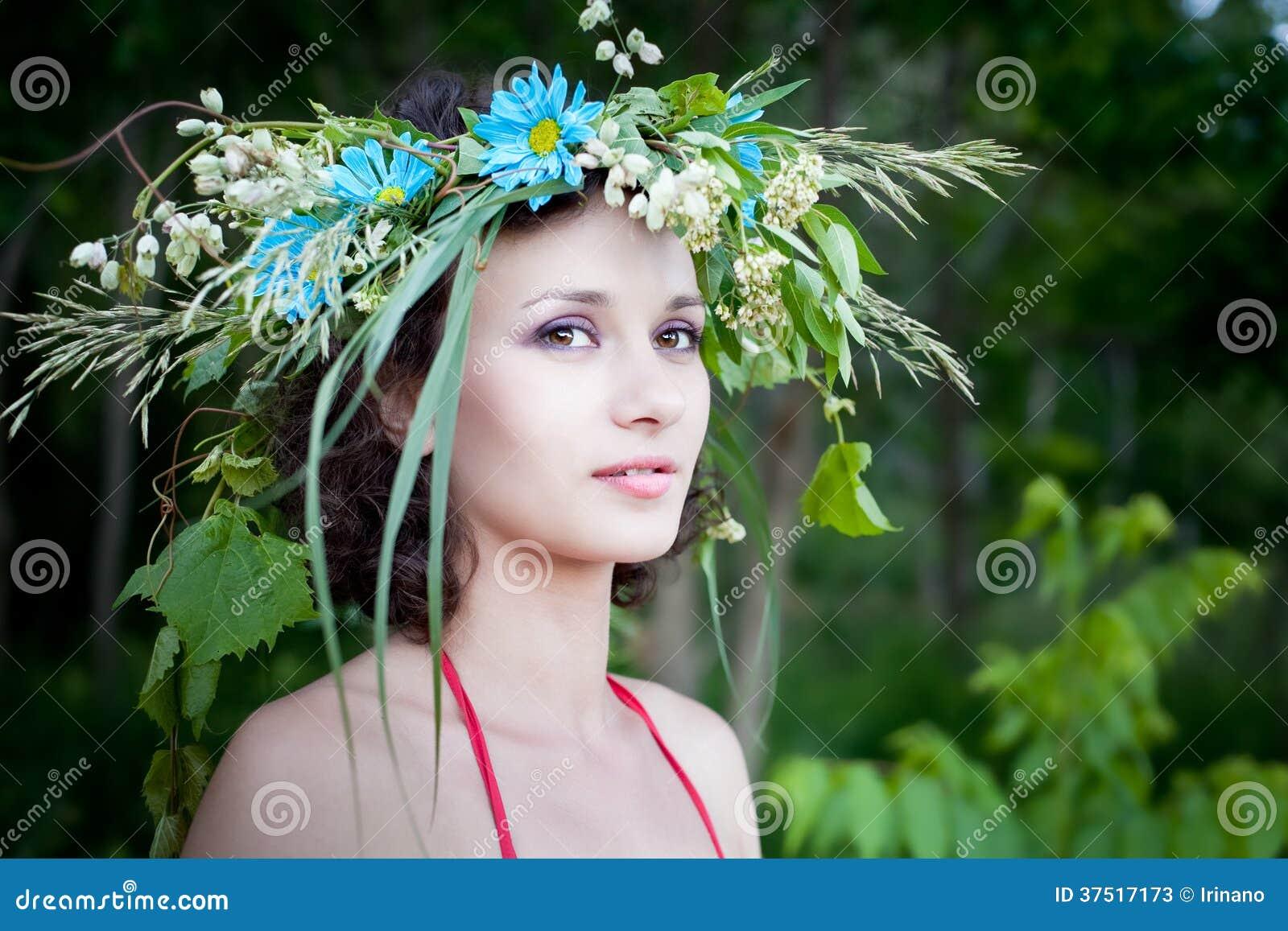 Jeune jolie femme dans la forêt, fée