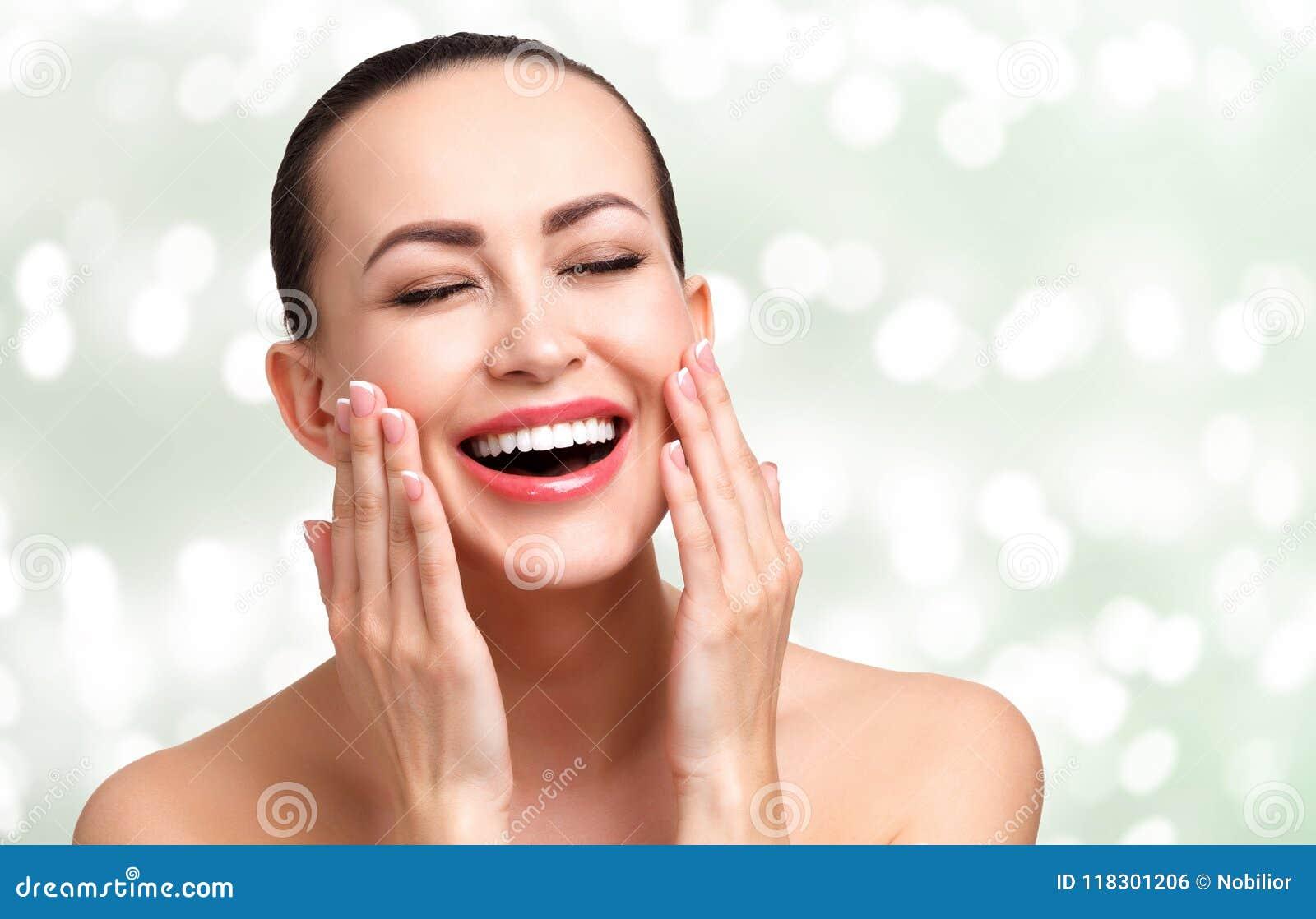 Jeune jolie femme heureuse avec la peau lisse et propre