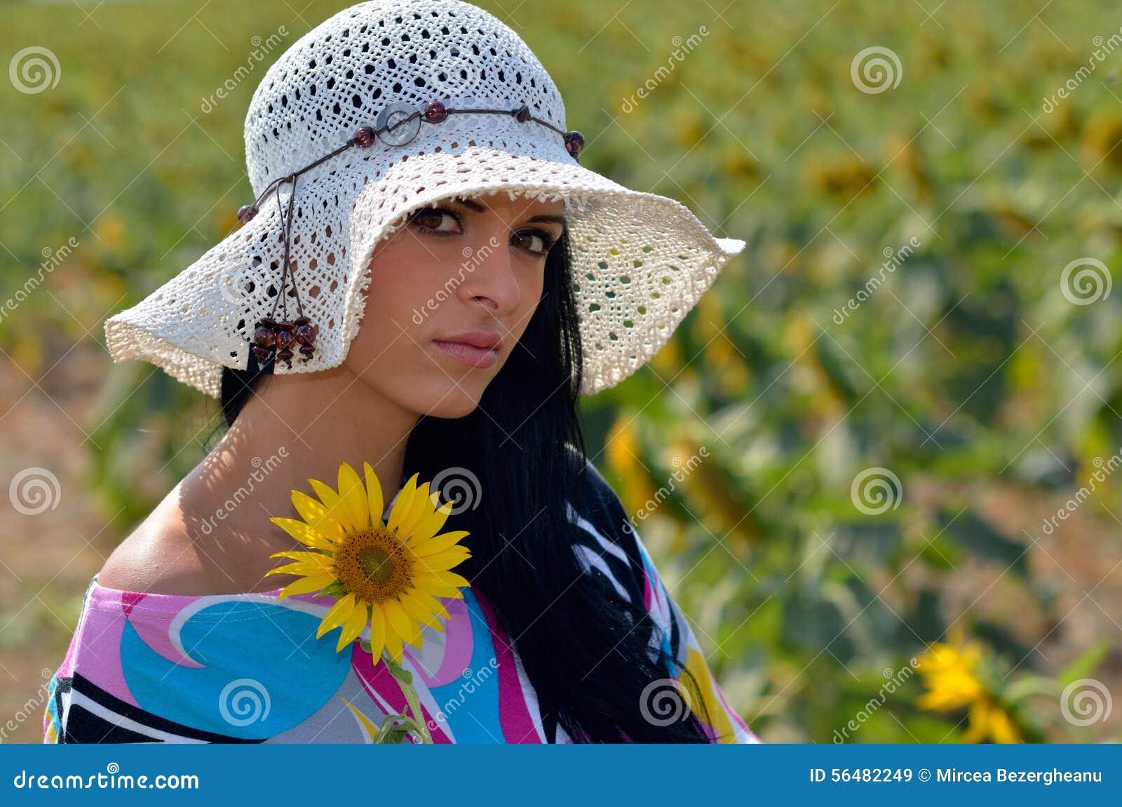 Jeune jolie femme sur le champ de floraison en été