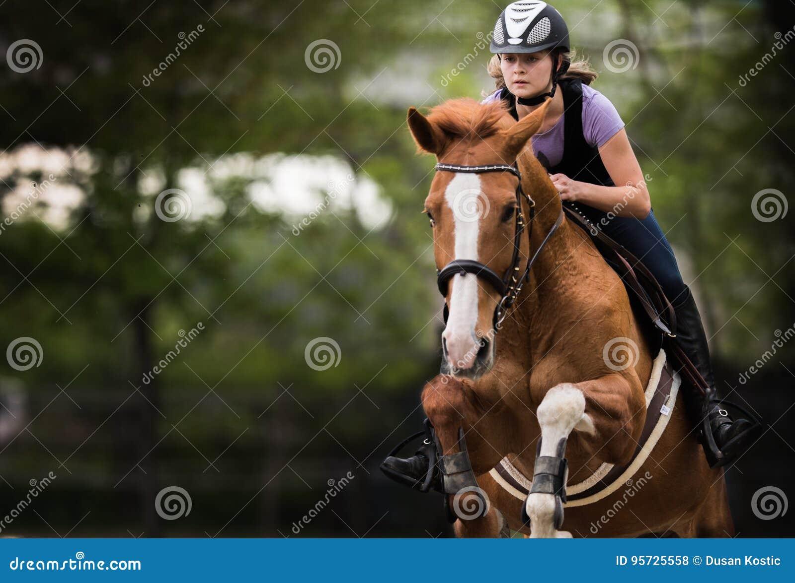 Jeune jolie fille montant un cheval