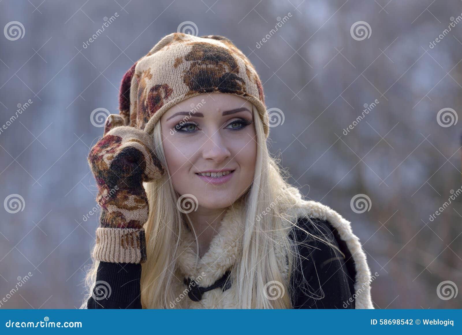 Jeune jolie verticale de femme