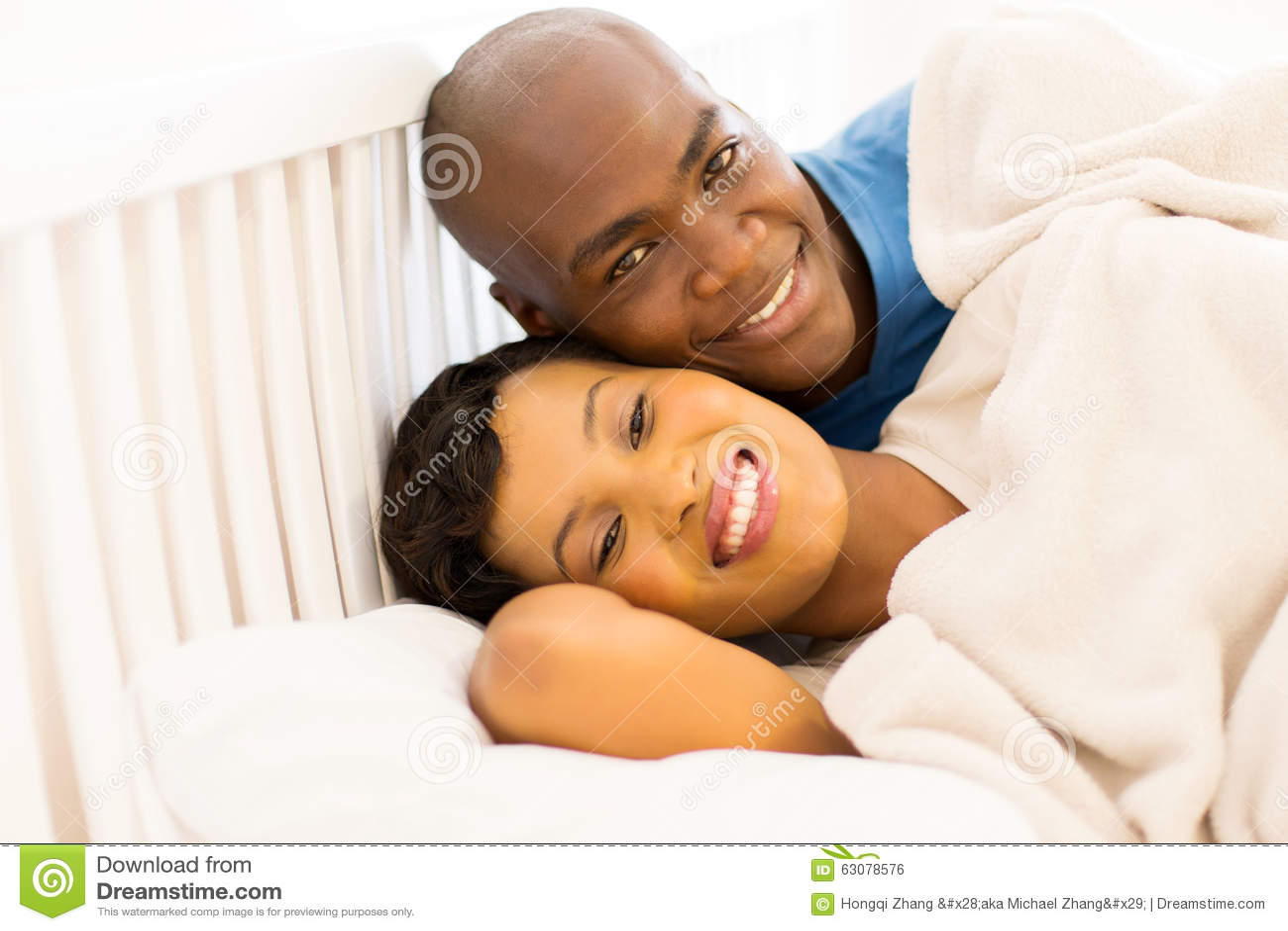 Download Jeune Lit Africain De Couples Photo stock - Image du literie, maison: 63078576