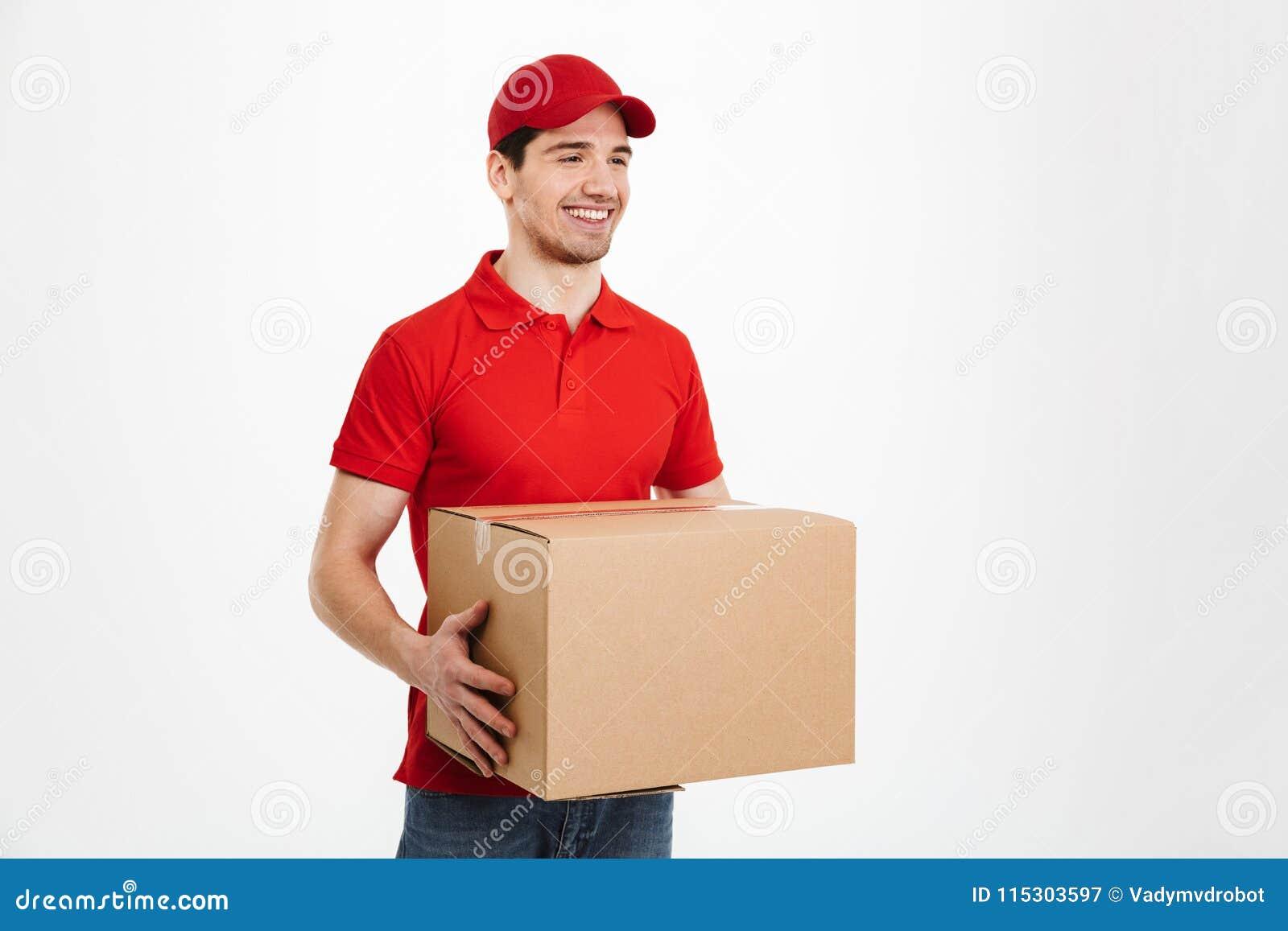 Jeune livreur beau avec la boîte de service des colis postaux