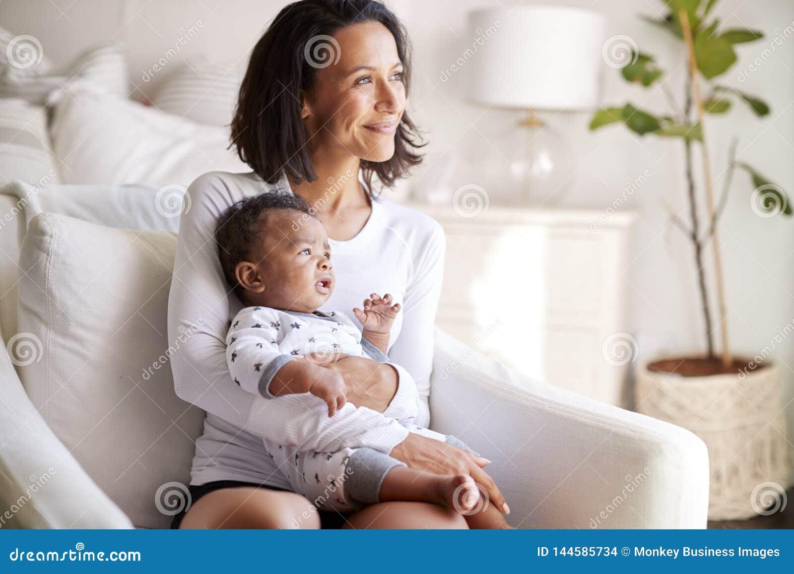 Chambre De Jeune Adulte jeune mère adulte s'asseyant dans un fauteuil dans sa