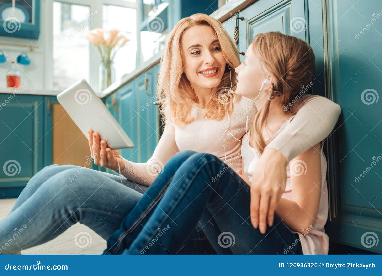 Jeune mère avec du charme communiquant avec son enfant