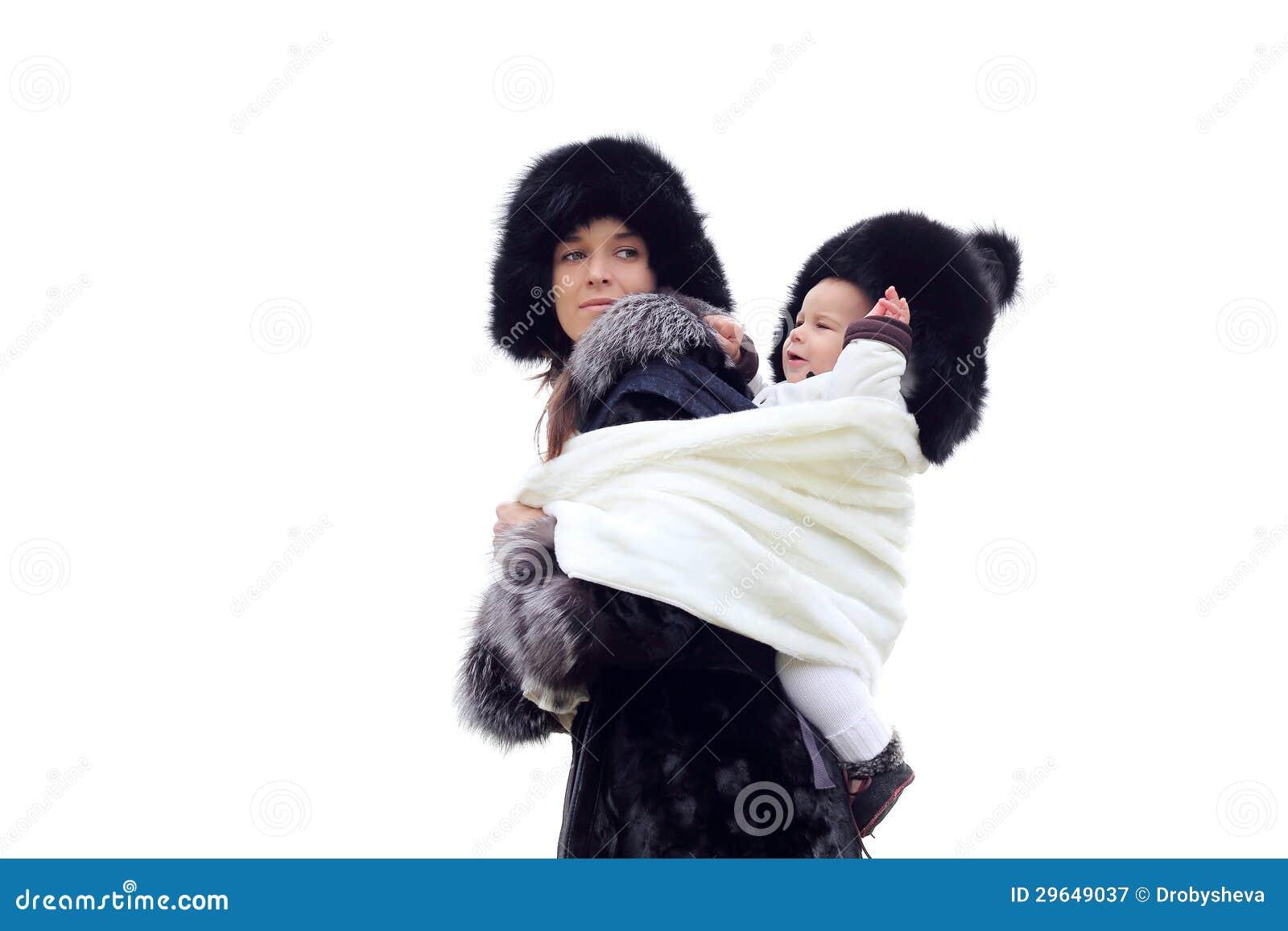 Jeune mère avec la chéri dans l élingue