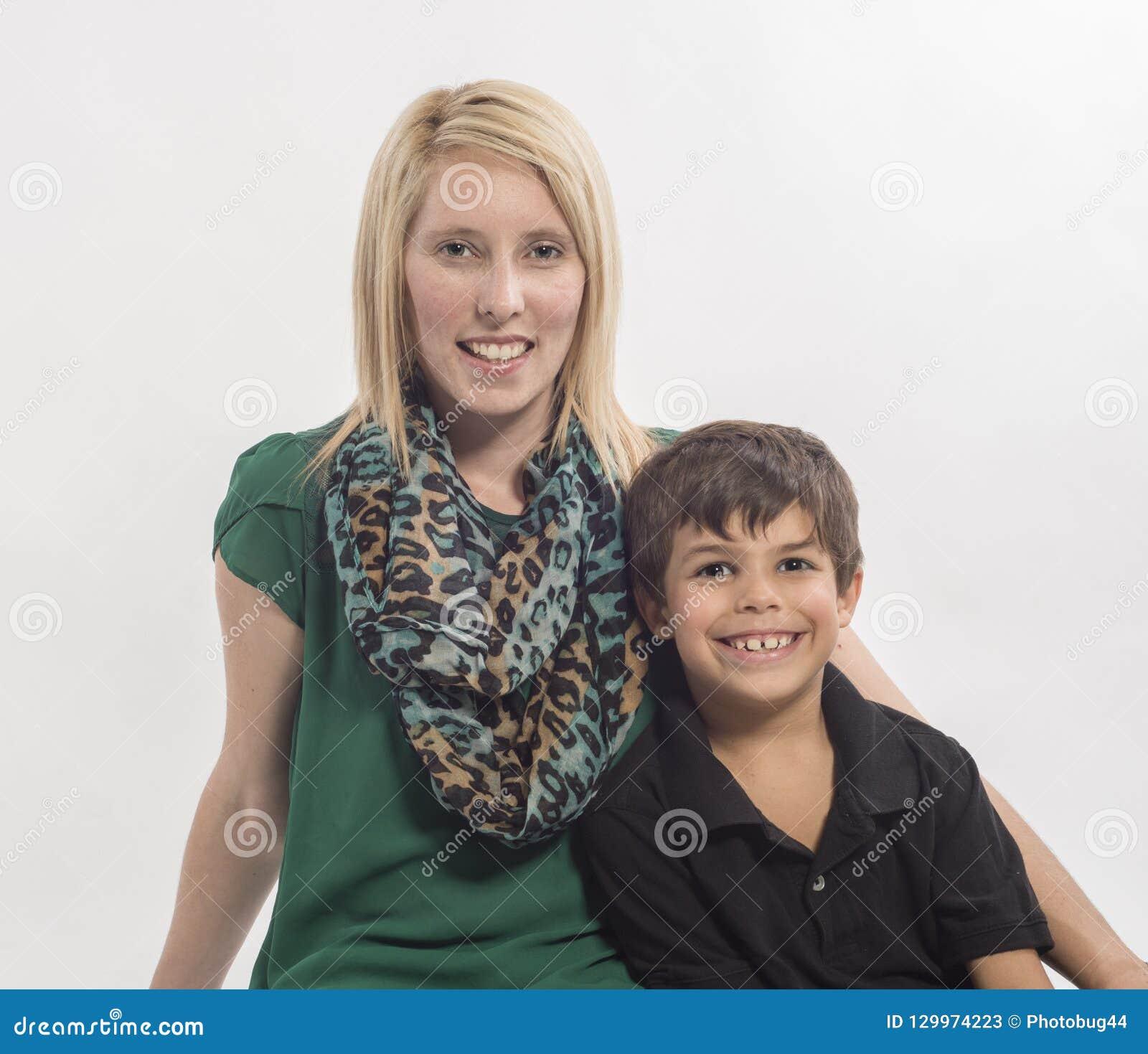 Jeune mère et fils interracial sur le fond blanc
