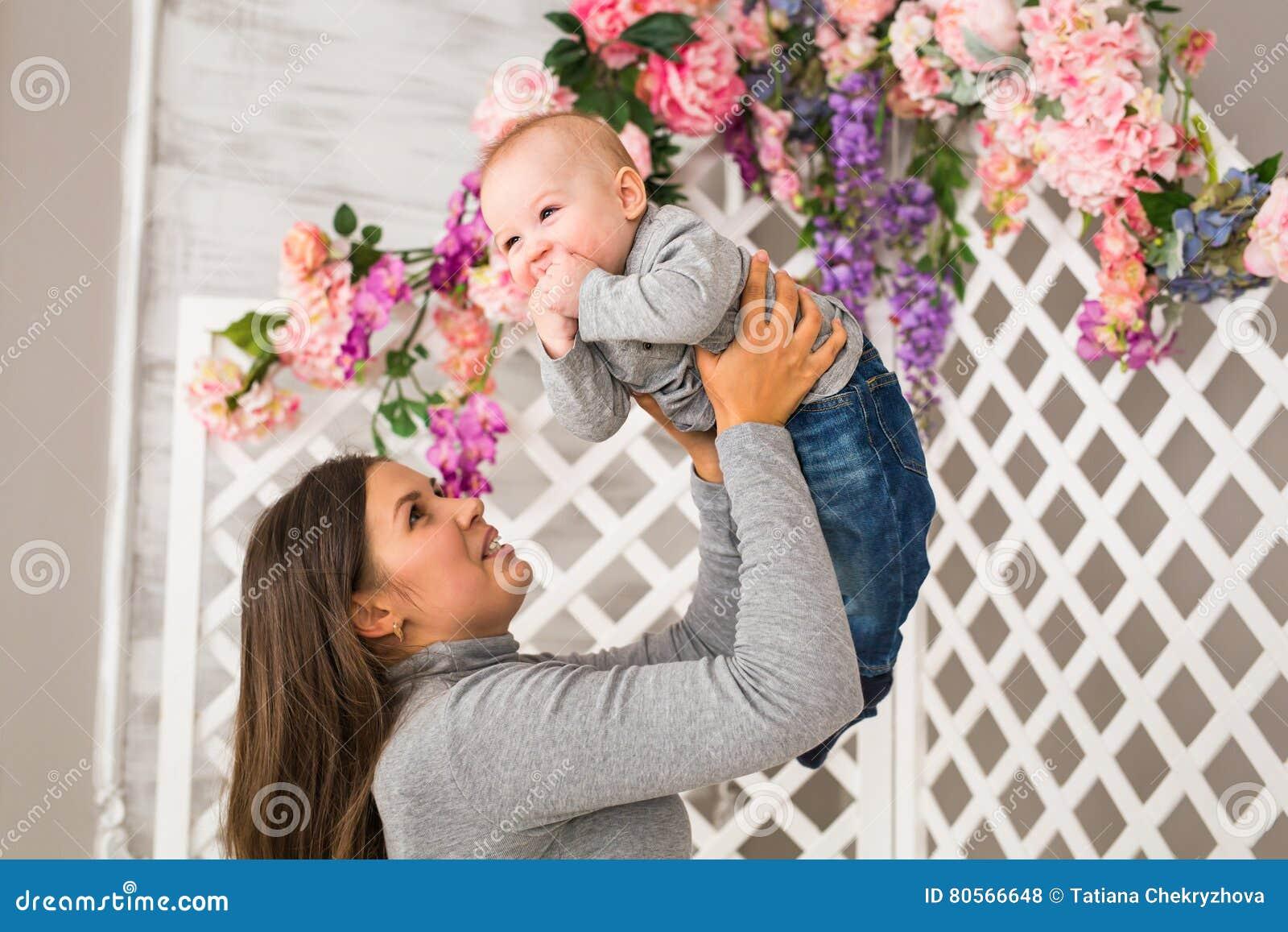Jeune m re tenant son enfant nouveau n b b de soins de for Chambre de nouveau ne garcon