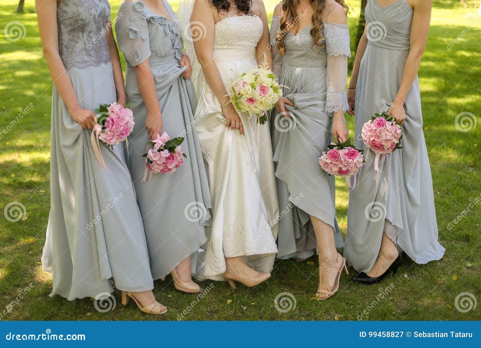 Jeune mariée avec des fleurs et des domestiques