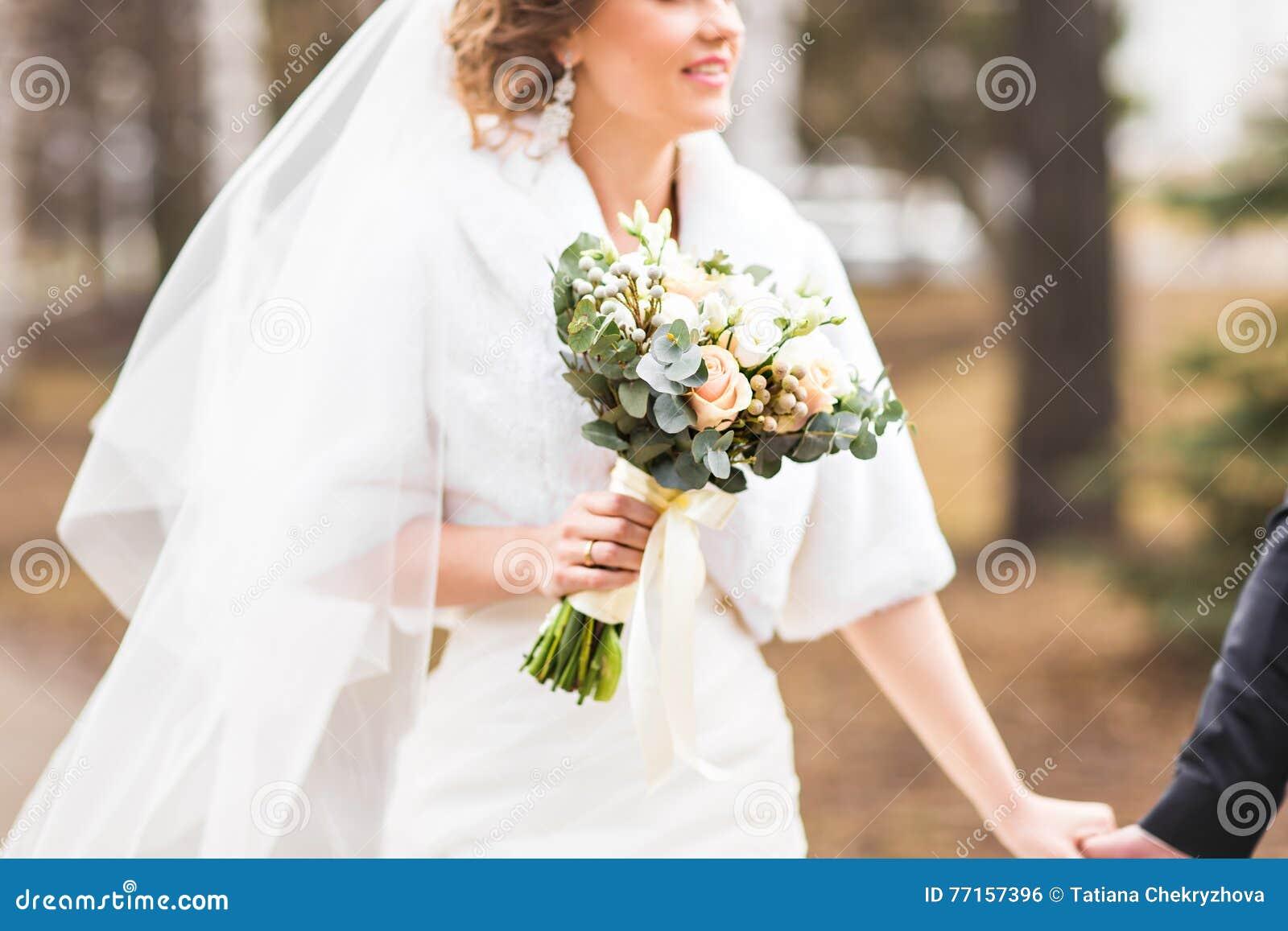 Jeune mariée avec le bouquet nuptiale en parc d automne ou d hiver