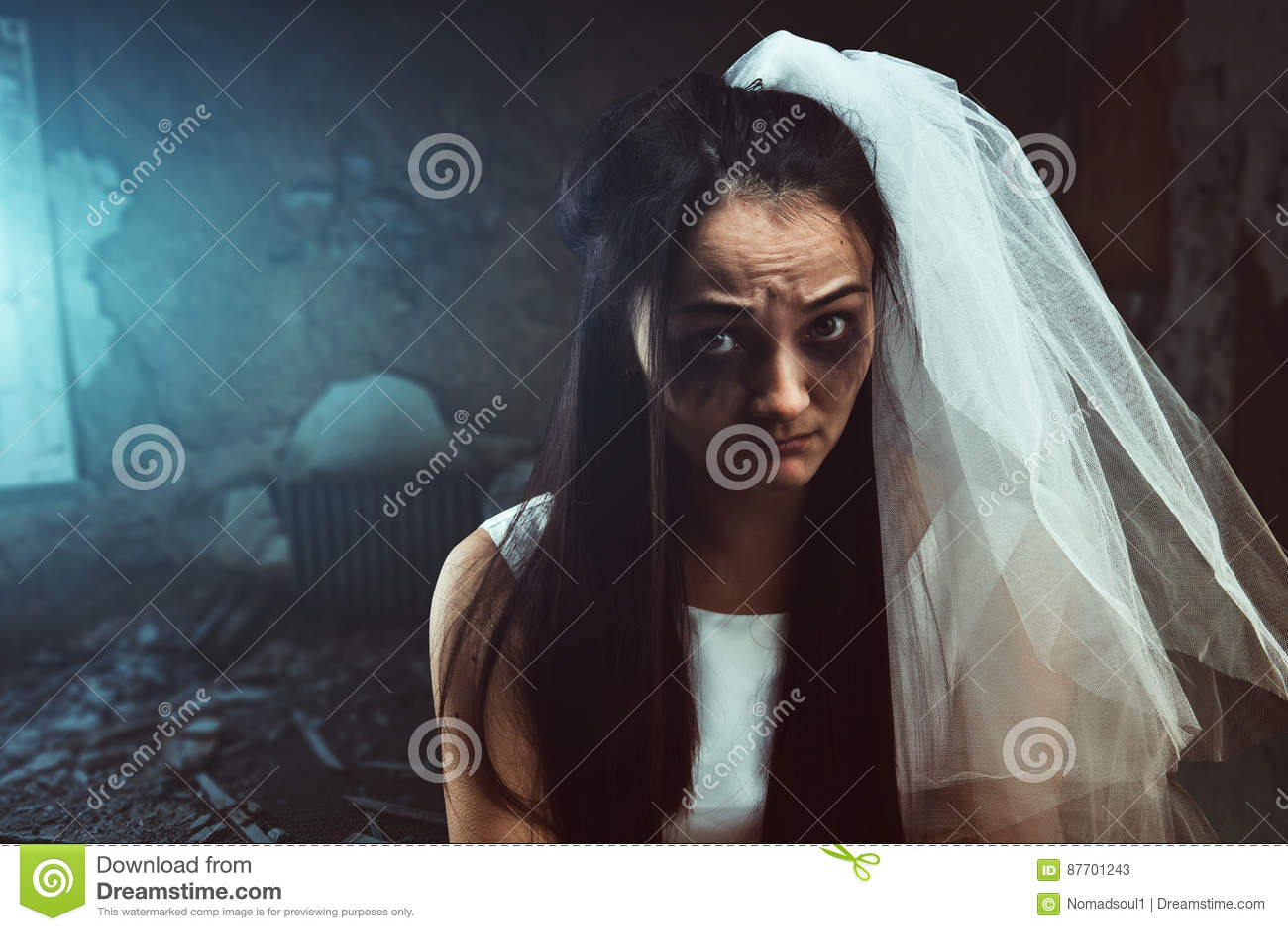 Jeune mariée en désordre avec le visage souillé par larme