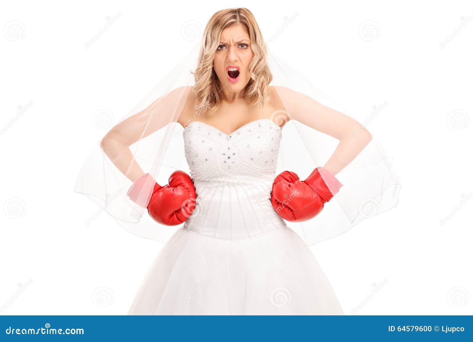 Jeune mari e f ch e dans une robe de mariage et des gants for Service de boxe de mariage