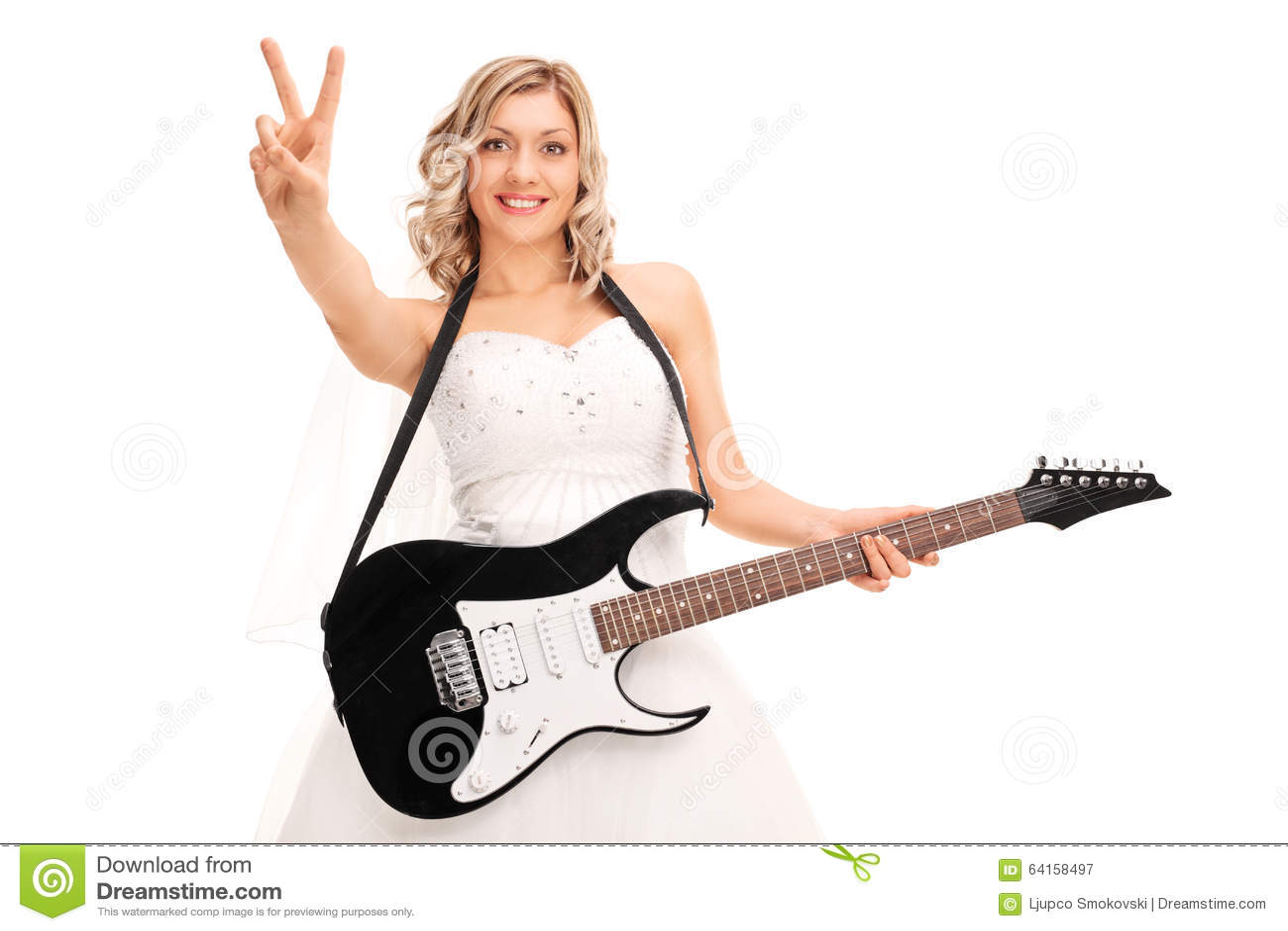 Jeune mariée jouant la guitare et faisant le signe de paix