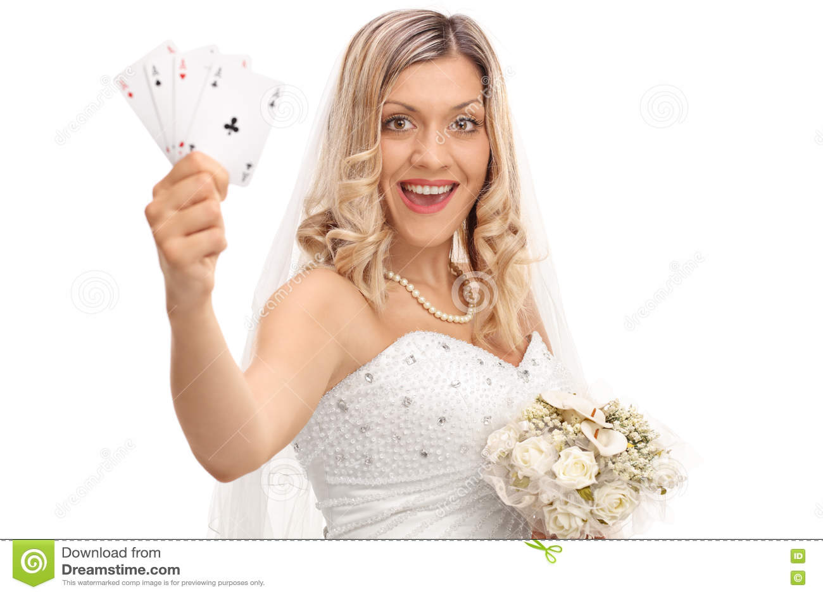 Jeune mariée joyeuse tenant quatre as