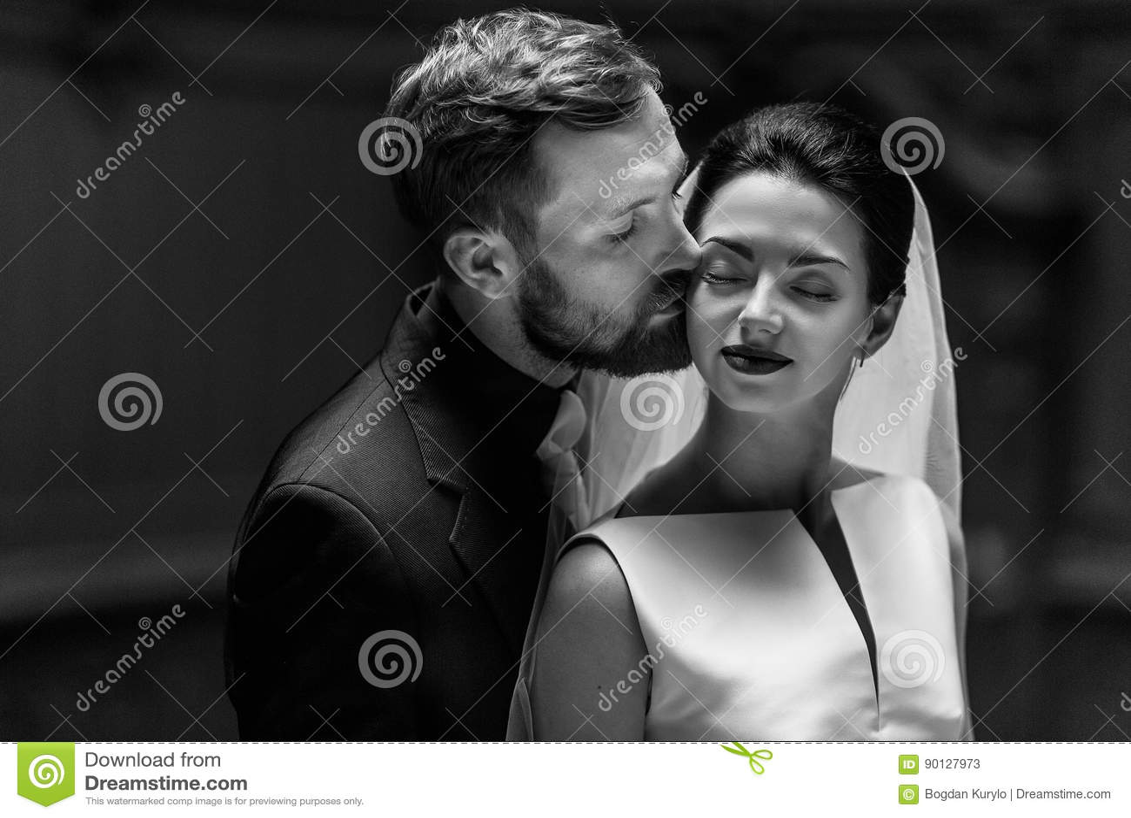 Jeune mariée magnifique élégante et marié élégant étreignant, contact sensuel,